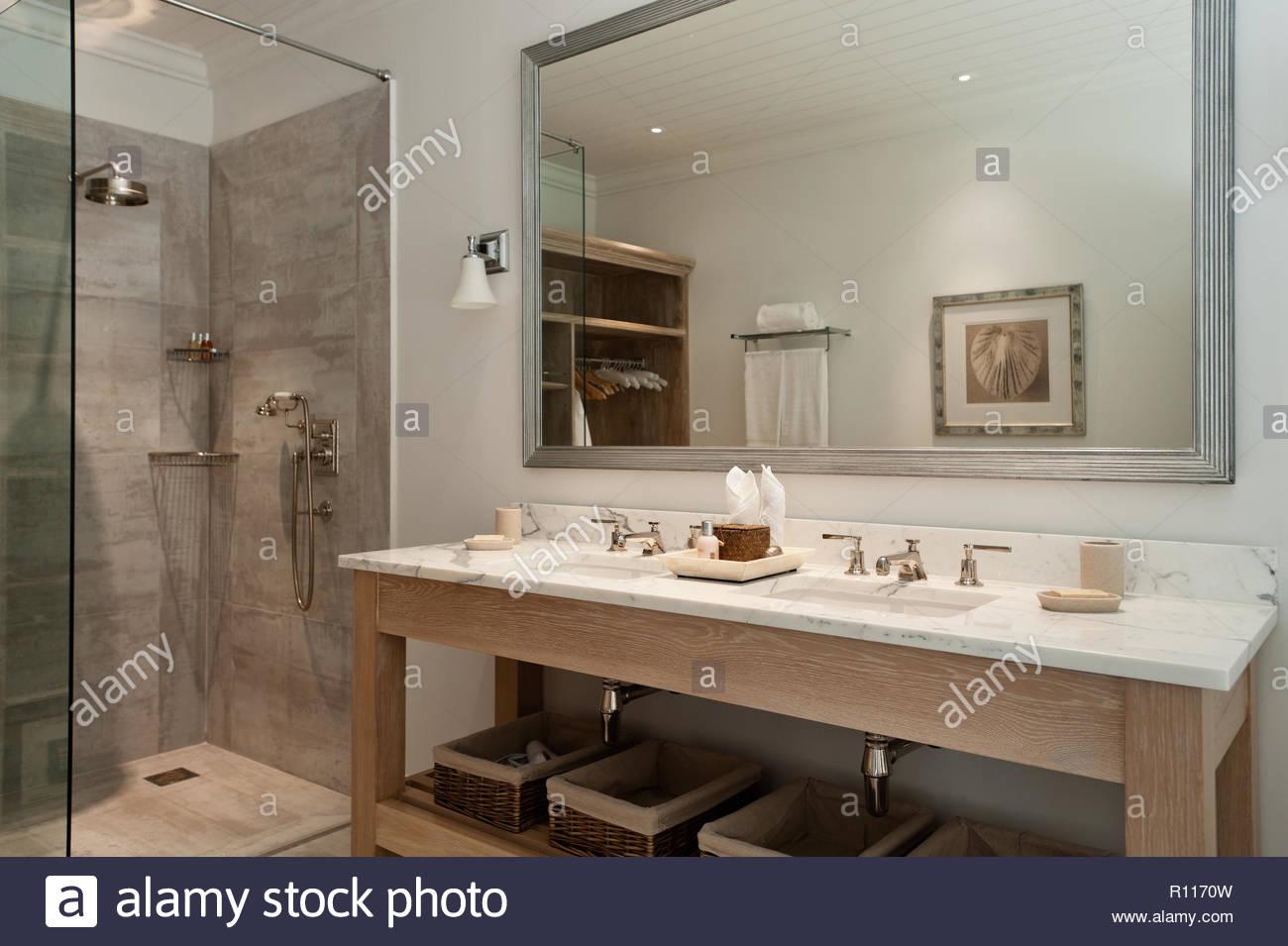 Waschbecken, Dusche im klassischen Stil Badezimmer Stockfoto, Bild ...