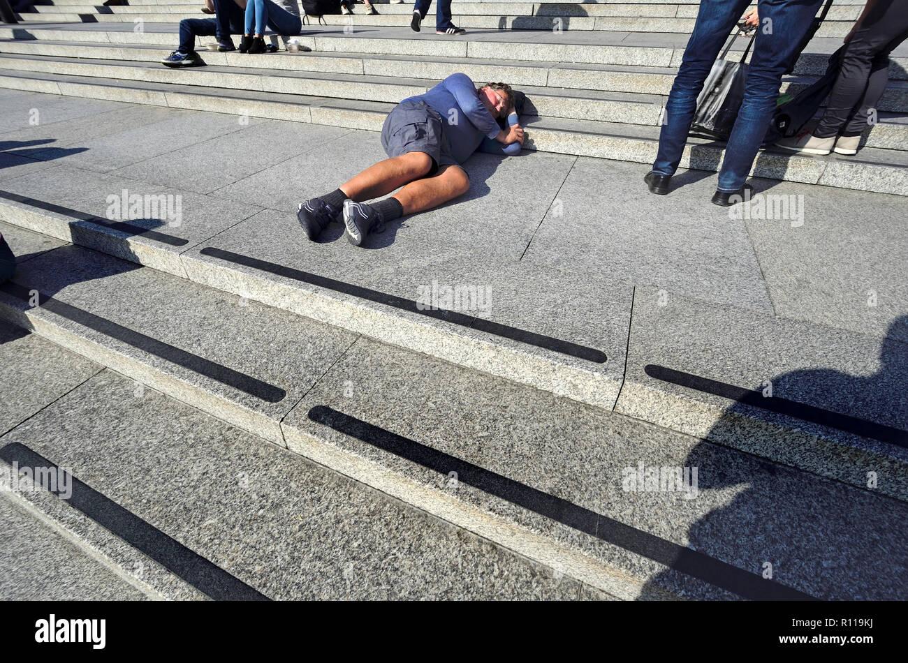 Menschen schlafen auf die Schritte, um die National Gallery am Trafalgar Square, London, England, UK. Stockbild