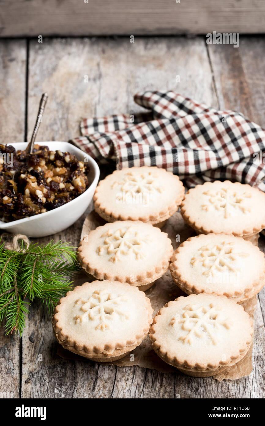 Mince Pie Gruppe auf hölzernen Tisch Stockfoto