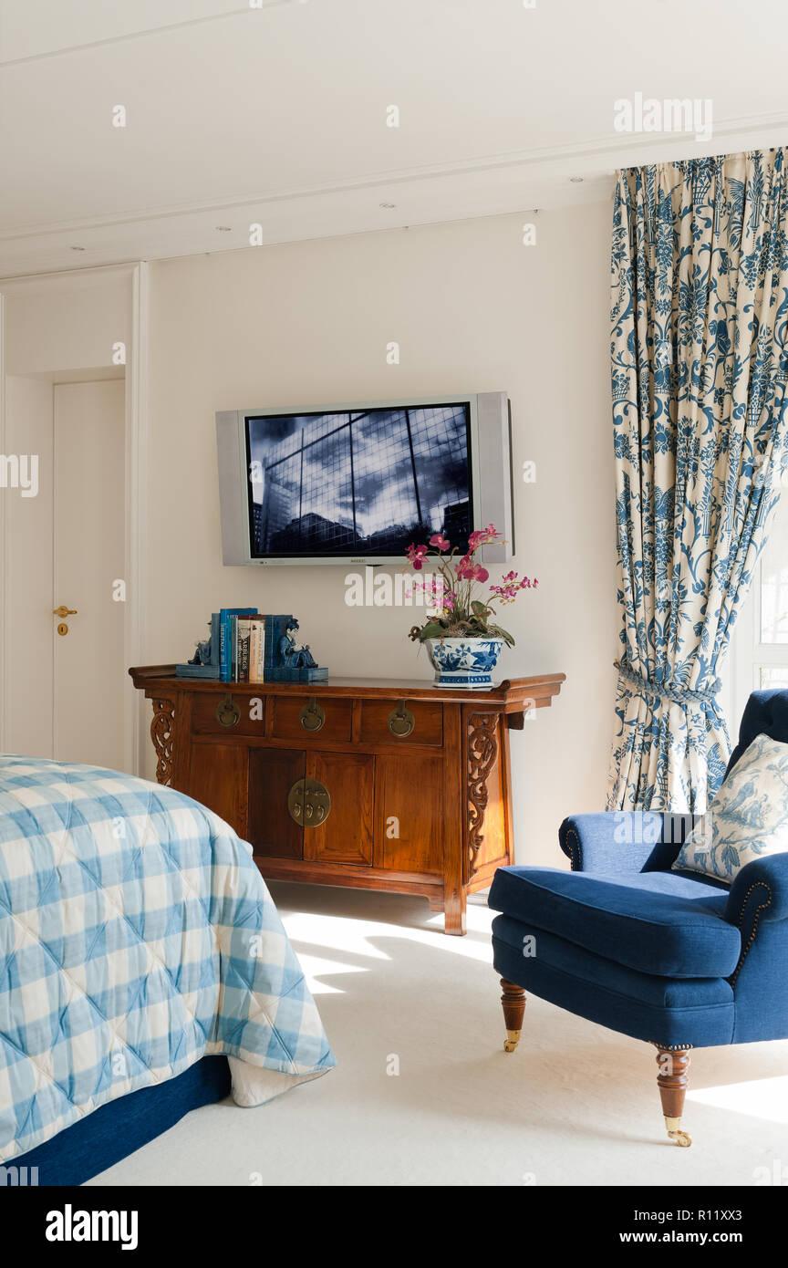 Flachbildschirm Fernseher im Schlafzimmer Stockfoto, Bild ...