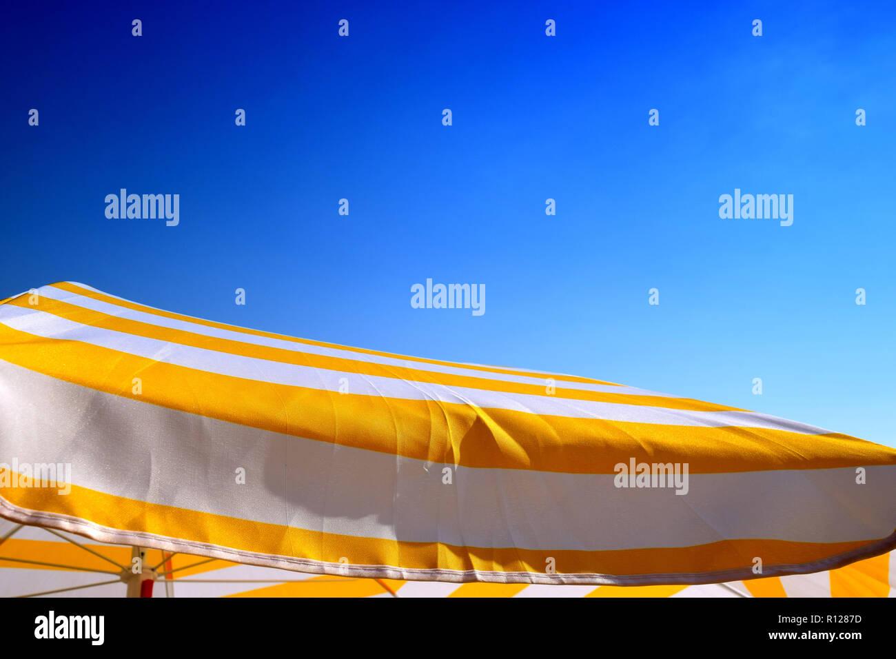 Sonnenschirm Beleuchtet Durch Den Heißen Sommer Sonne Gelb Weiß