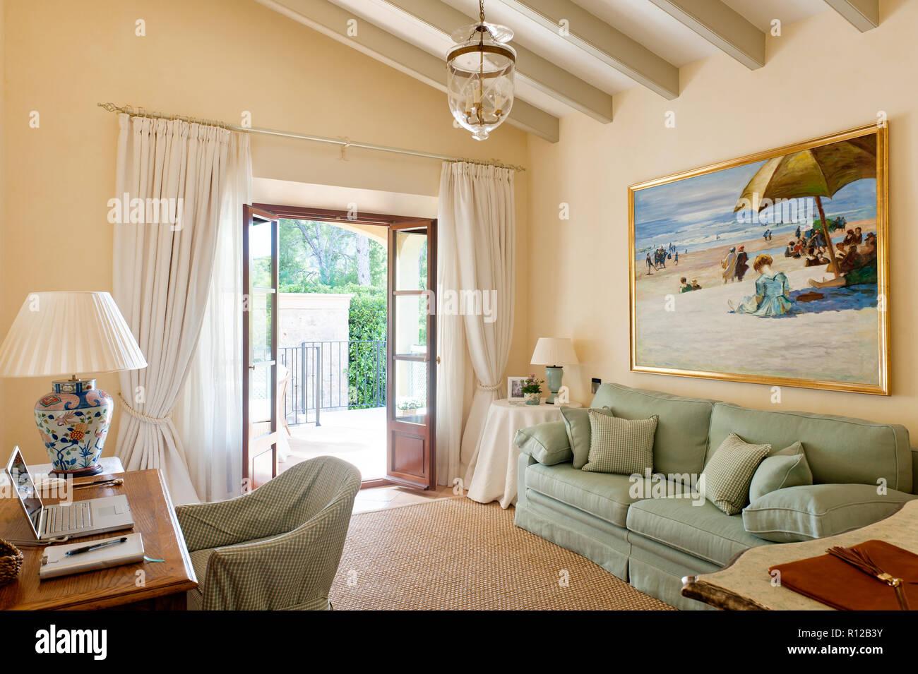 Grune Sofa Im Landhausstil Wohnzimmer Stockfotografie Alamy