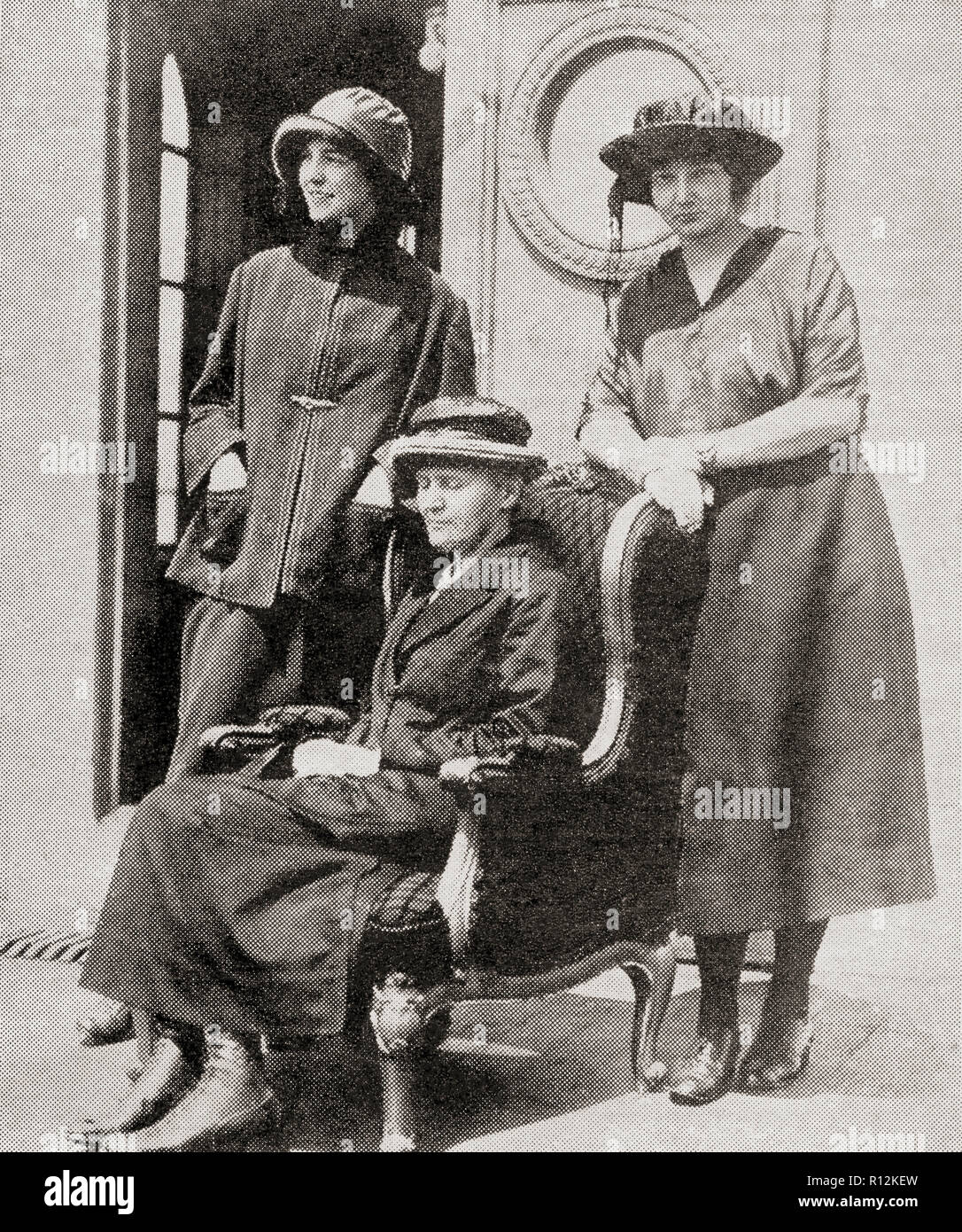 Madame Curie, Mitte, hier mit ihren zwei Töchtern gesehen. Marie Skłodowska Curie, geboren Maria Salomea Skłodowska, 1867 - 1934. Polnische und Naturalisiert - der französische Physiker und Chemiker. Von La Esfera, veröffentlicht 1921. Stockfoto