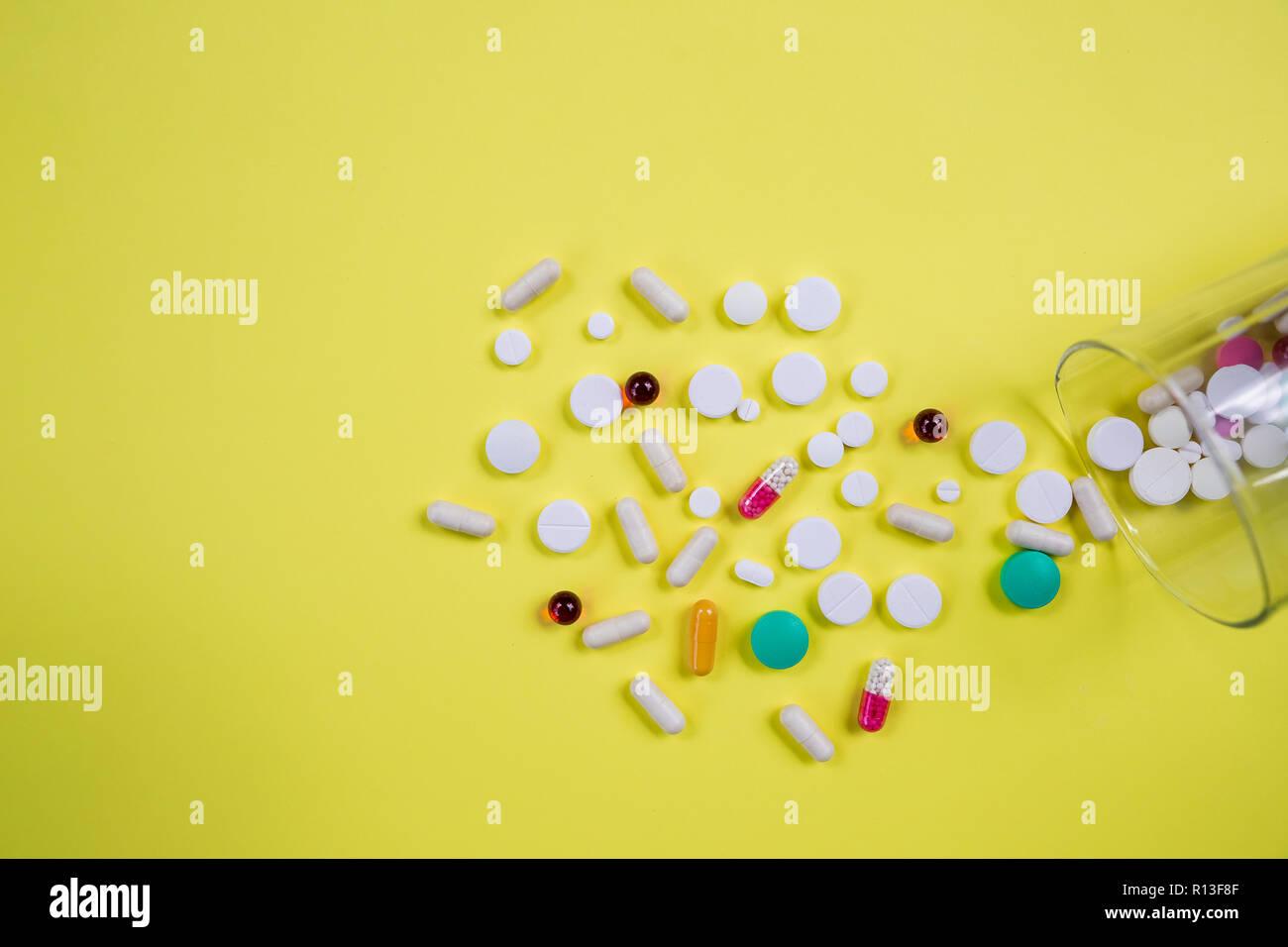 Vitamine Nahrungserganzungsmittel In Der Flasche Auf Der Gelben