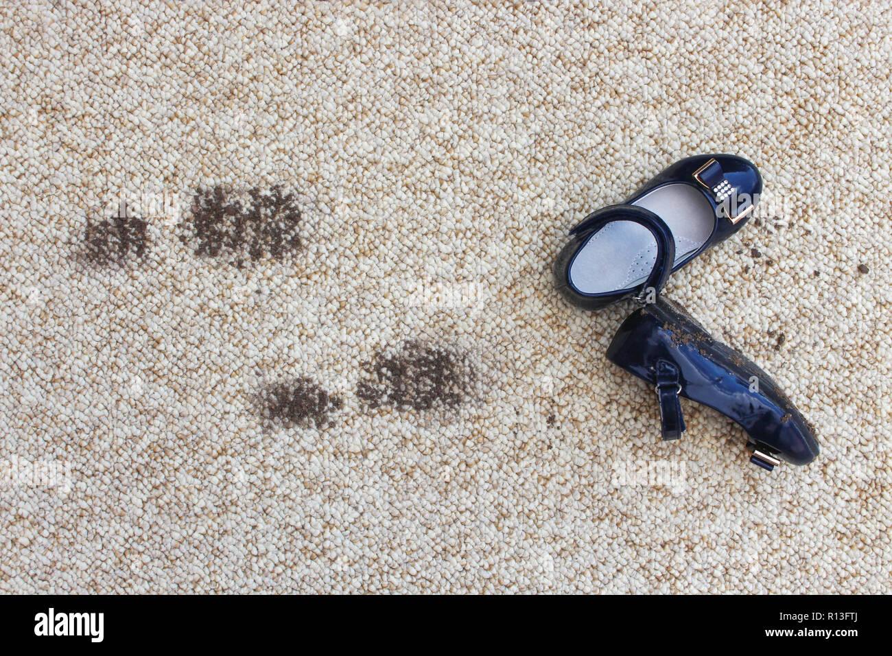Schmutziger Boden Und Schuhe Fur Kinder Konzept Der Kind