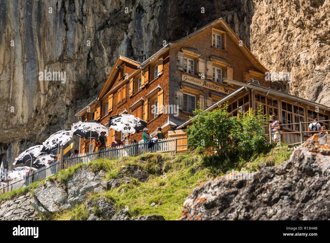 APPENZELL, SCHWEIZ - August 7, 2016: Touristen genießen Sie erholsame Zeit an Aesher Berghütte in den Schweizer Alpen in der Nähe von Appenzell während der heißen August 2016 Stockbild
