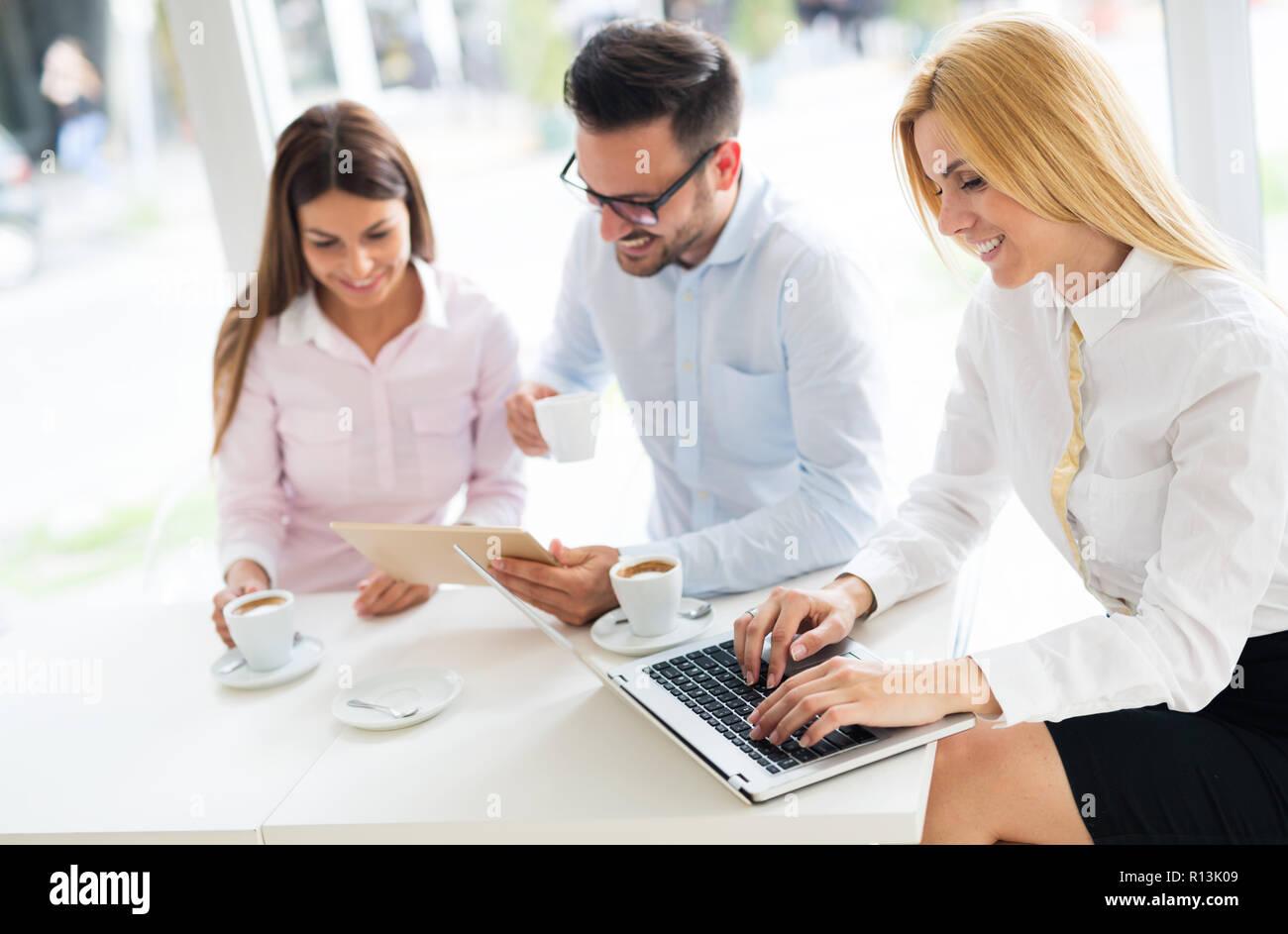 Höhere im Büro gemeinsam auf Laptop Stockfoto