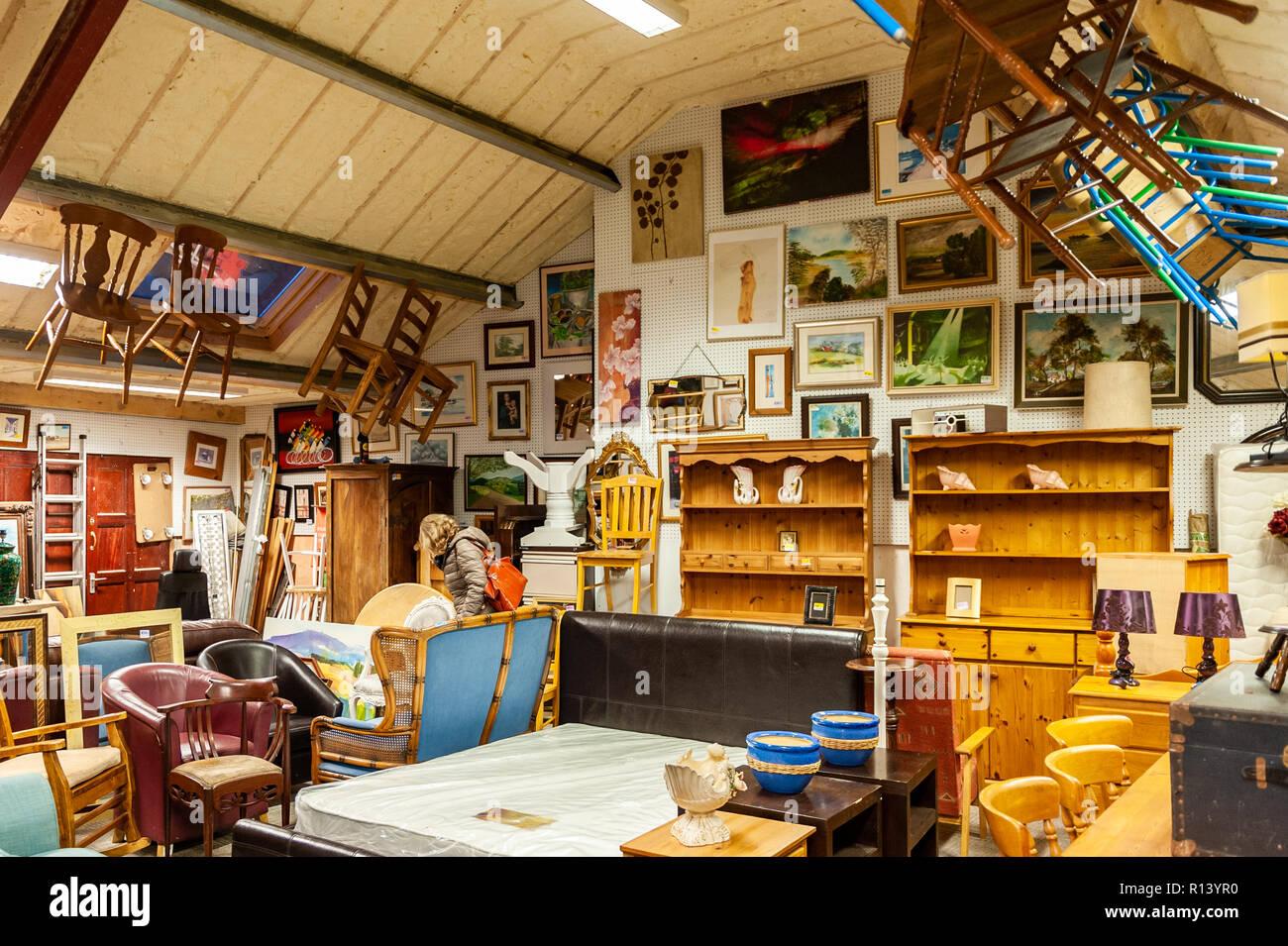 Frau Mittleren Alters Möbel In Eine Zweite Hand Möbel Shop In Bantry