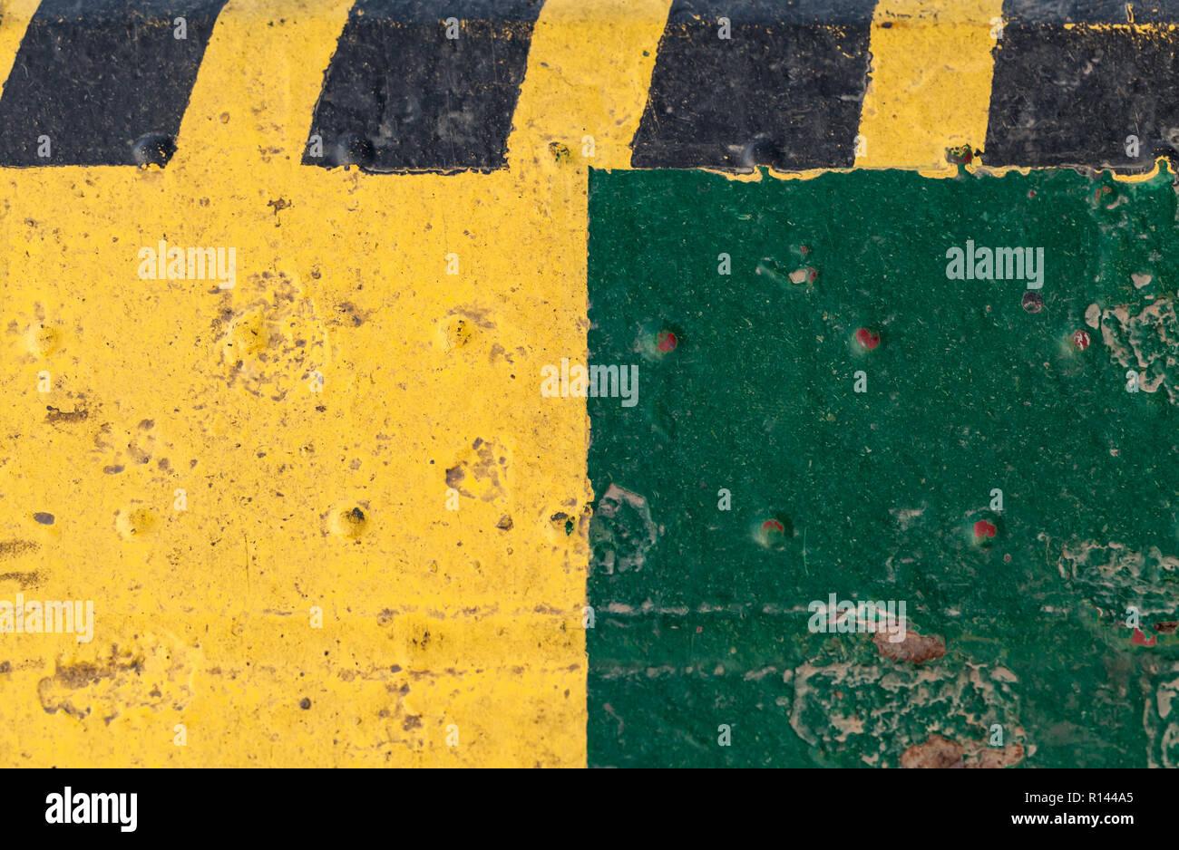 Gestreift gelb schwarz Vorsicht Muster über grüne grungy Stahl ...