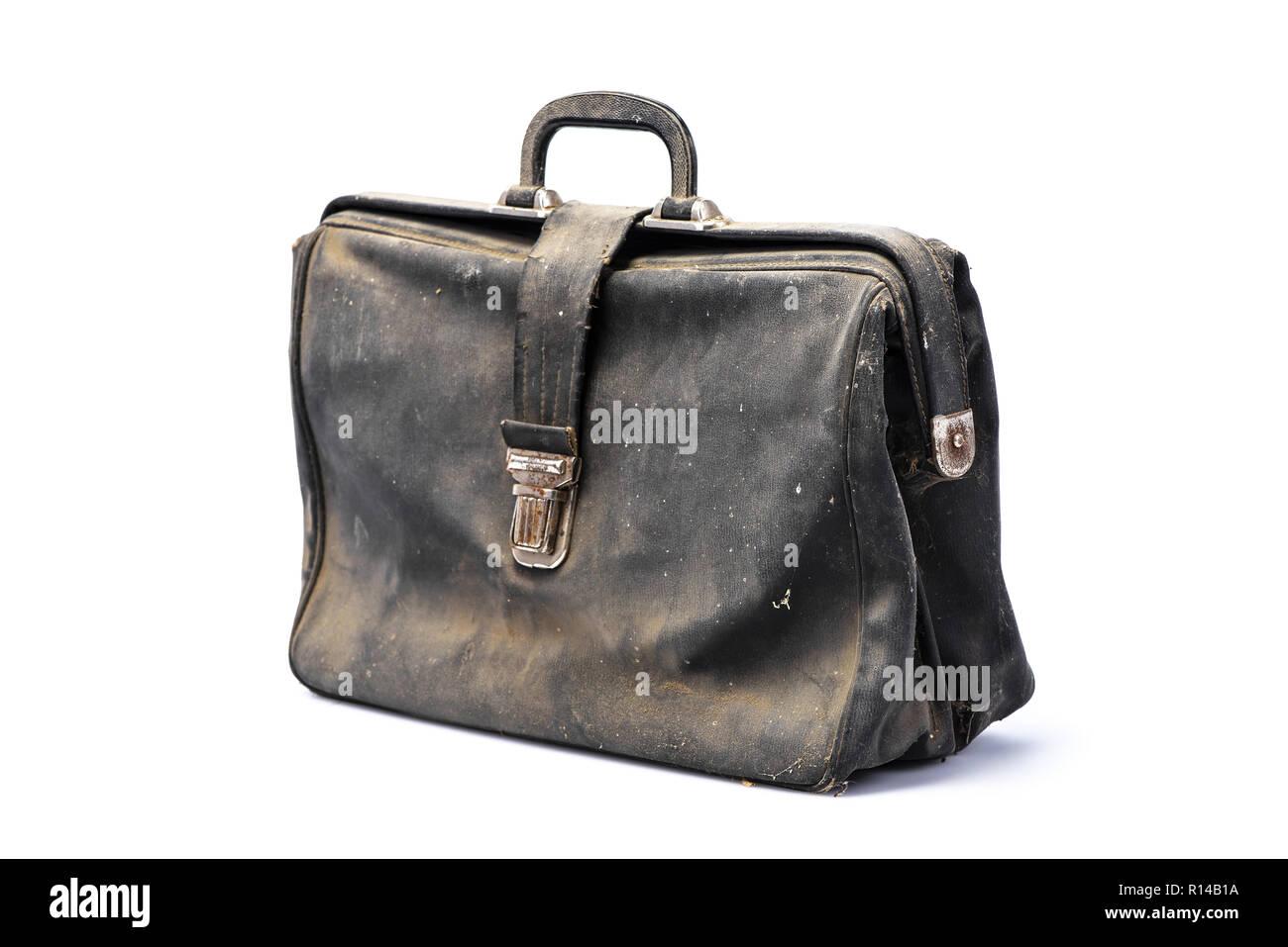 7ffa41f9102 Retro business Aktentasche, in Winkel, mit Staub bedeckt, schwarzes Leder  flapover, auf weißem Hintergrund, mit Schatten,