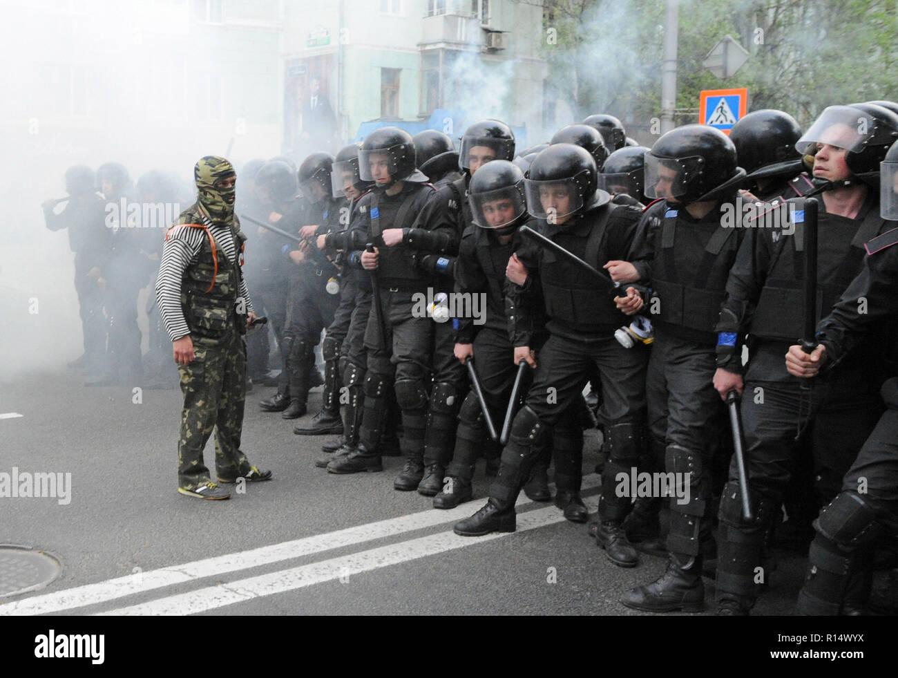 April 28, 2014 - Donezk, Ukraine: pro-russische separatistische Führer stellt ein Geschwader der ukrainischen Polizisten versuchen, eine friedliche Demonstration der Ukrainer für die Einheit ihres Landes zu schützen. Angst ist auf das Gesicht des Polizisten zu sehen, weil Sie wissen, es gibt Hunderte mehr gewalttätige Separatisten in den Straßen in der Nähe. Trotz Polizeischutz, der pro-russischen Gruppe gewaltsam angegriffen und verteilte die friedlichen Demonstranten. Die pro-russische separatistische Gruppe, meist Jugendliche in Balaclava, dann ihre Aktionen gefeiert durch schreien Sie hatten zertrümmerte 'Faschisten'. Une manif Stockbild