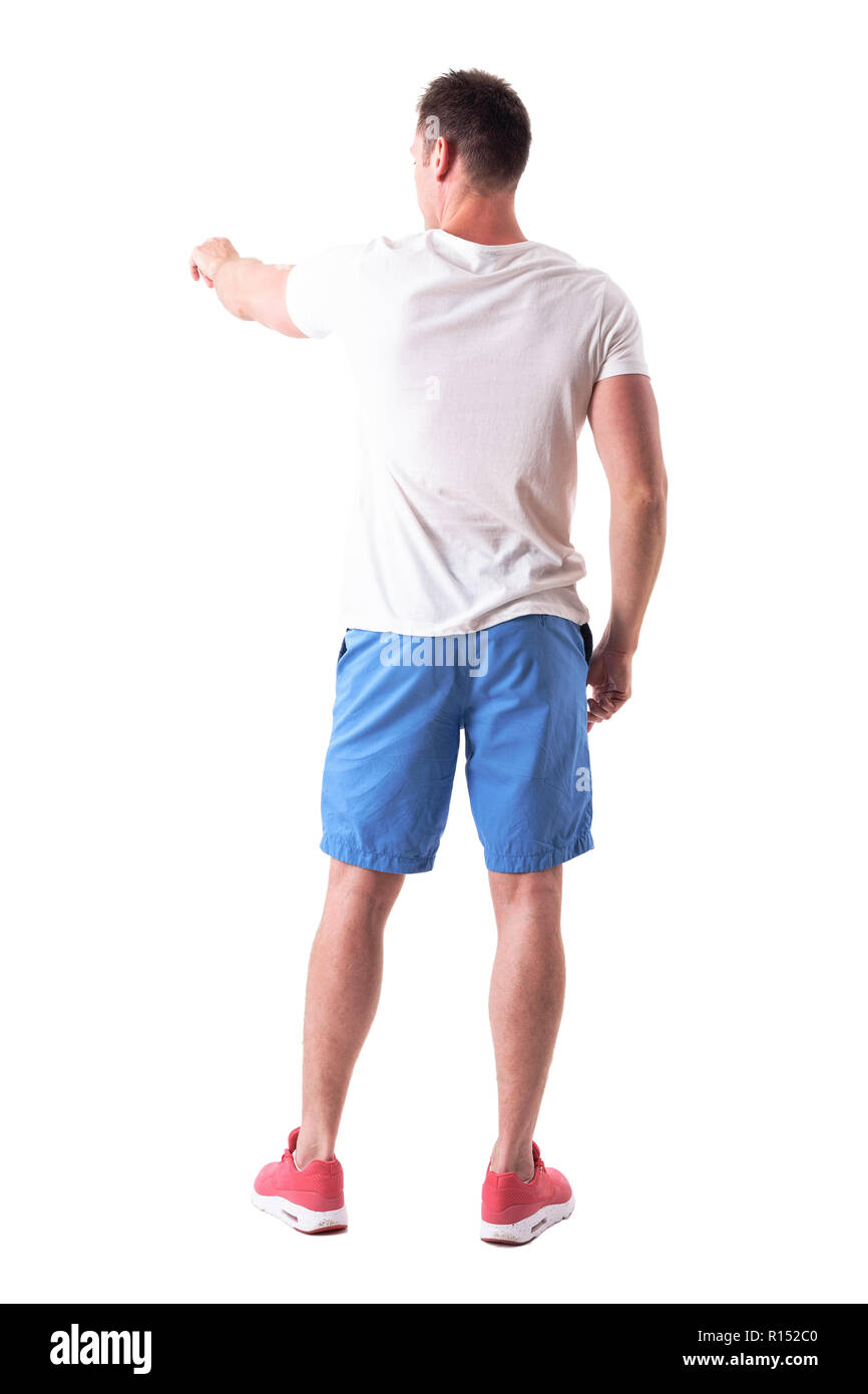Rückansicht des Menschen im Sommer Kleidung zeigen, links Richtung mit dem Finger. Voller Körper auf weißem Hintergrund. Stockfoto