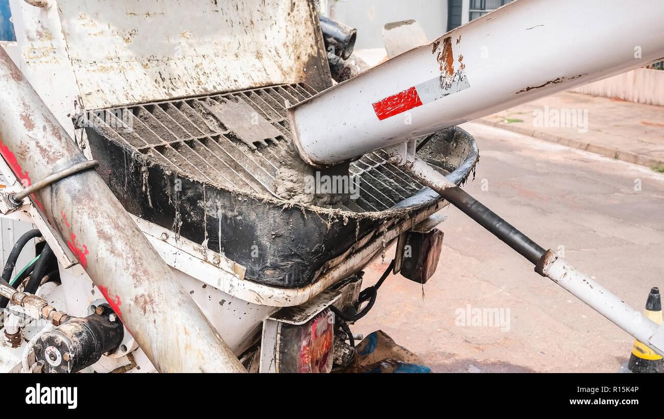 dumping beton von der betonmischer lkw an der pumpe beton. Black Bedroom Furniture Sets. Home Design Ideas
