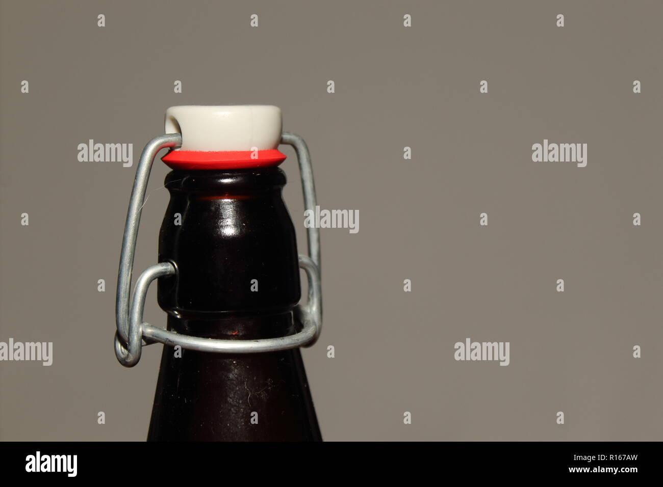 Eine Nahaufnahme eines braunen Antike Flasche oben auf der linken Seite Stockbild