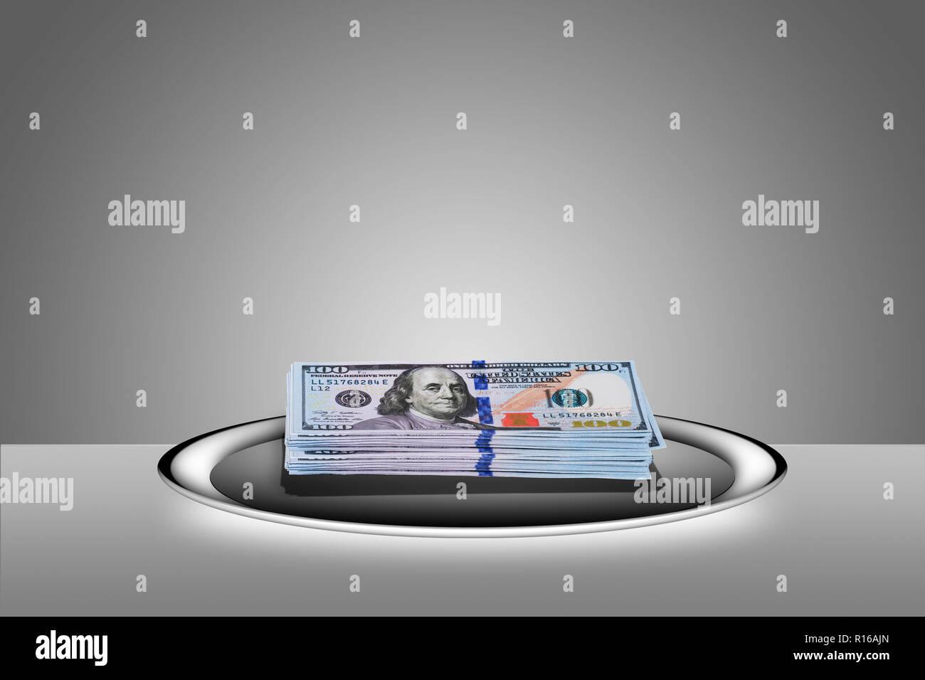"""Gestapelt 100 Dollar Scheine auf silbertablett - """"Hand auf einem Silbertablett"""" Stockbild"""