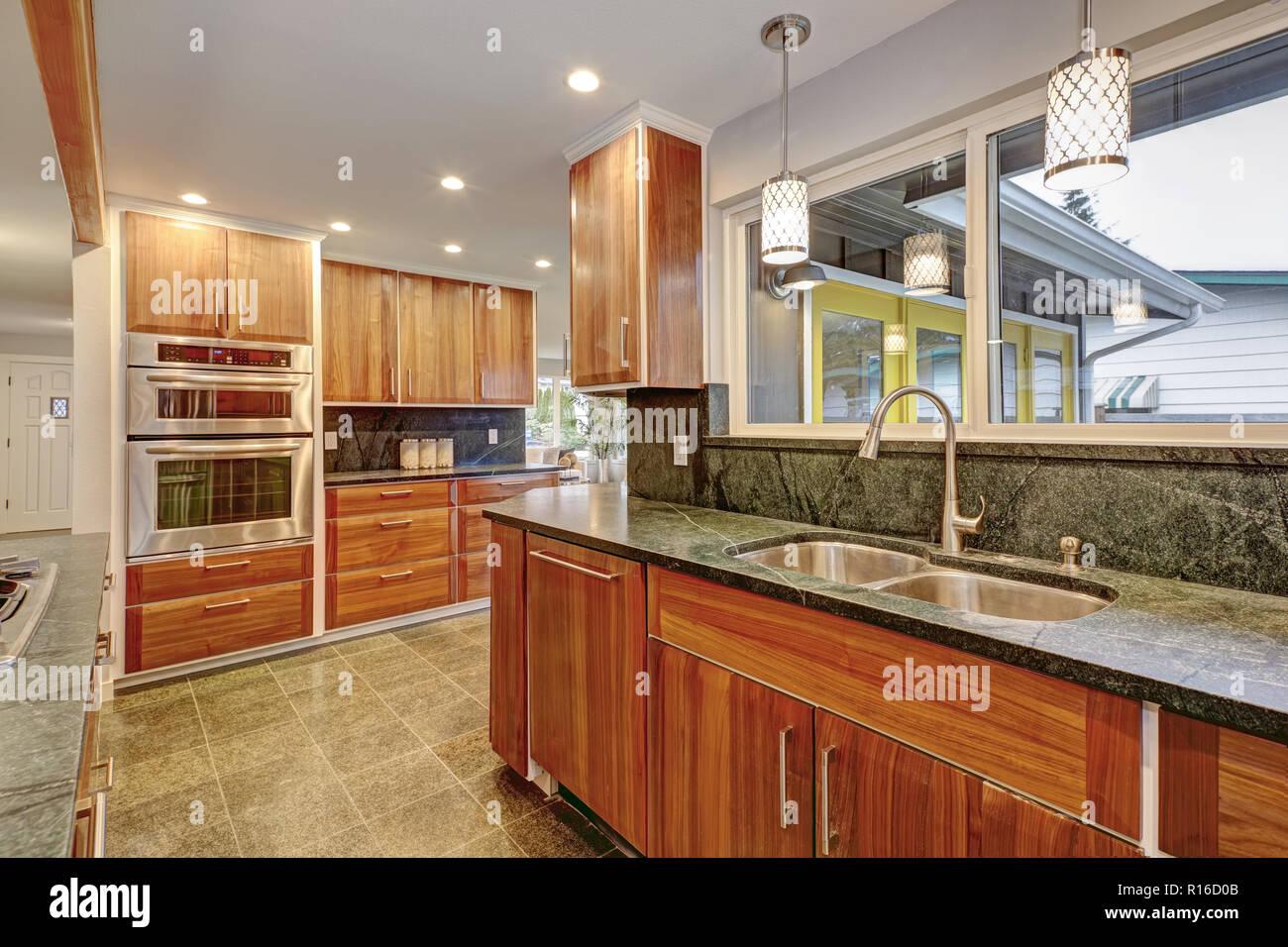 Küche Dunkler Fußboden ~ Luxuriöse küche mit edelstahlgeräten dunkle arbeitsplatten und