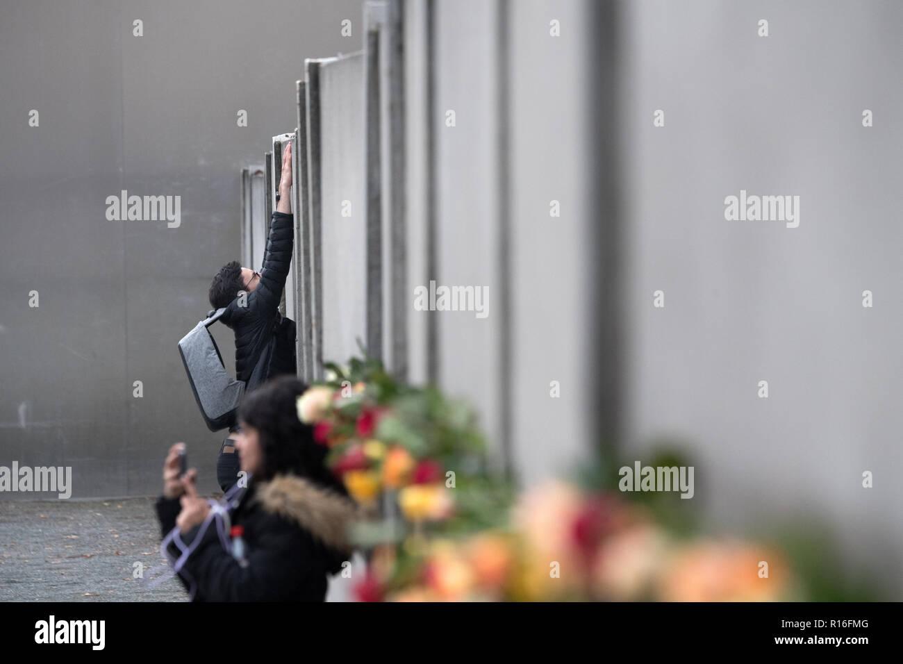 Berlin, Deutschland. 09 Nov, 2018. Die Menschen Rosen an der Gedenkstätte Berliner Mauer während einer Gedenkfeier anlässlich des 29. Jahrestages der Berliner Mauer fallen. Foto: Ralf Hirschberger/dpa/Alamy leben Nachrichten Stockbild