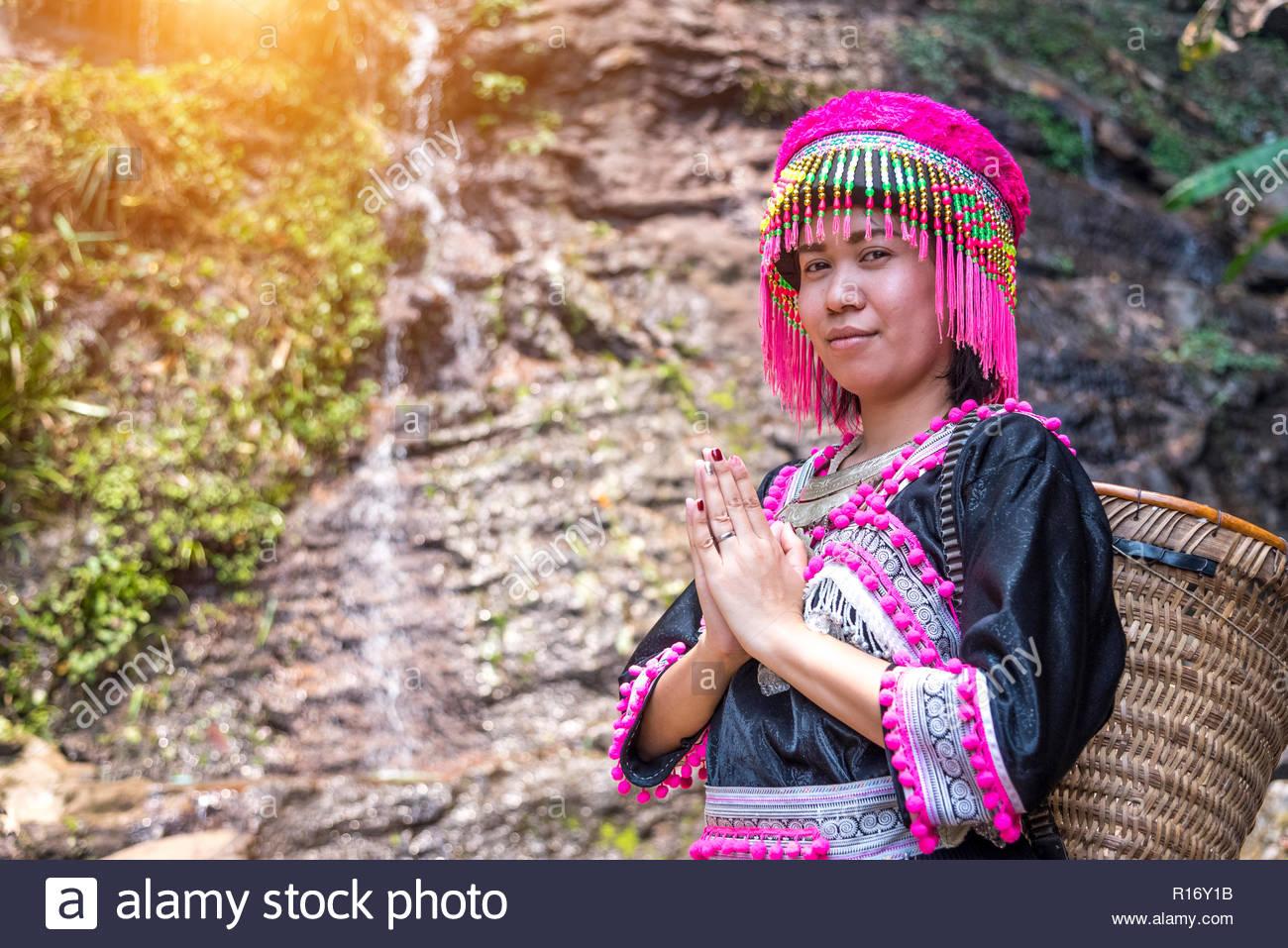 Thai Hill Tribe pose Sawasdee in Doi Pui in Chiang Mai, Thailand. Stockbild