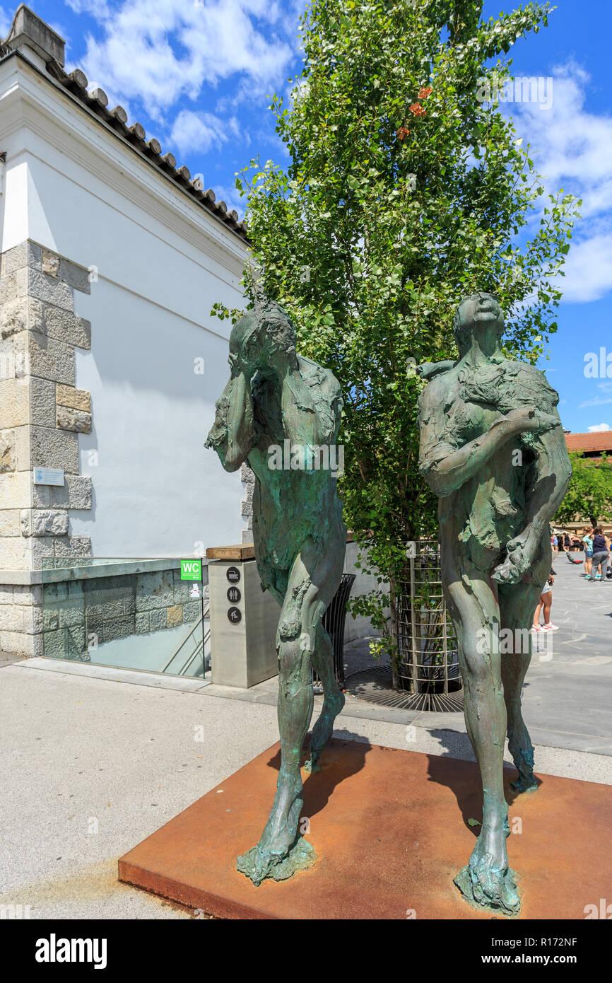 LJUBLJANA, Slowenien - 28. JUNI 2015: Moderne Skulptur von Adam und Eva durch den renommierten slowenischer Bildhauer Jakov Brdar. Stockbild
