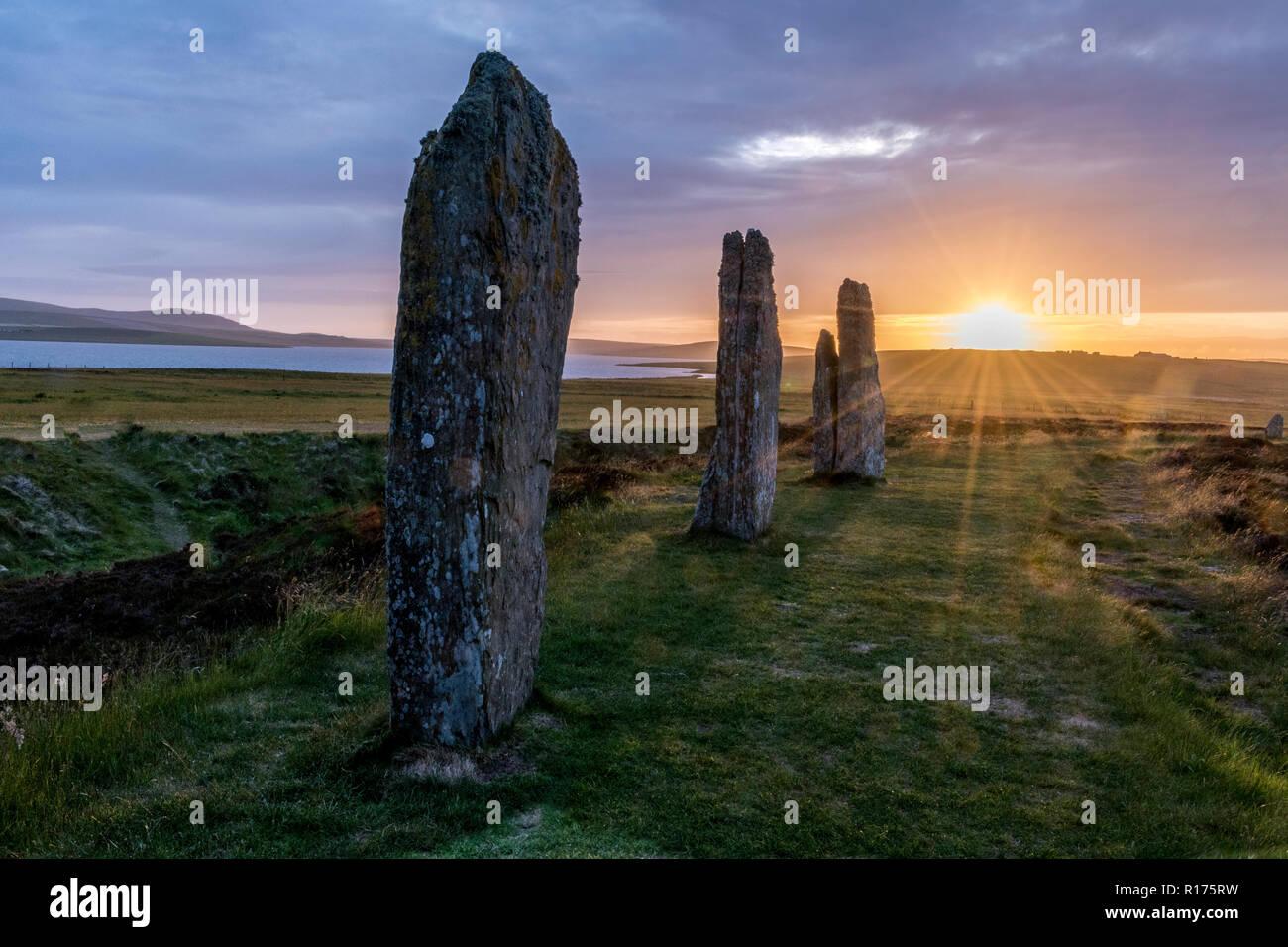 Orkney am Ring von Brodgar neolithische Menhire, Steinkreis, Sommersonnenwende. Stockfoto