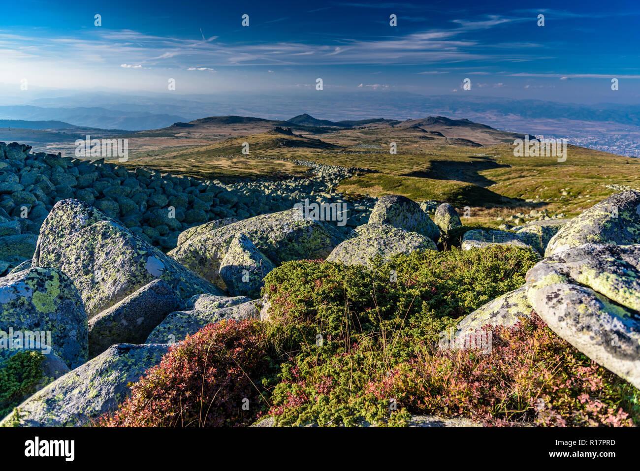Schöne atemberaubende Bergwelt im Sommer - grüne Gras, Wald, Felsen, Sonnenschein, tolle Licht - der perfekte Ort, um zu wandern und die Natur zu schätzen wissen Stockbild