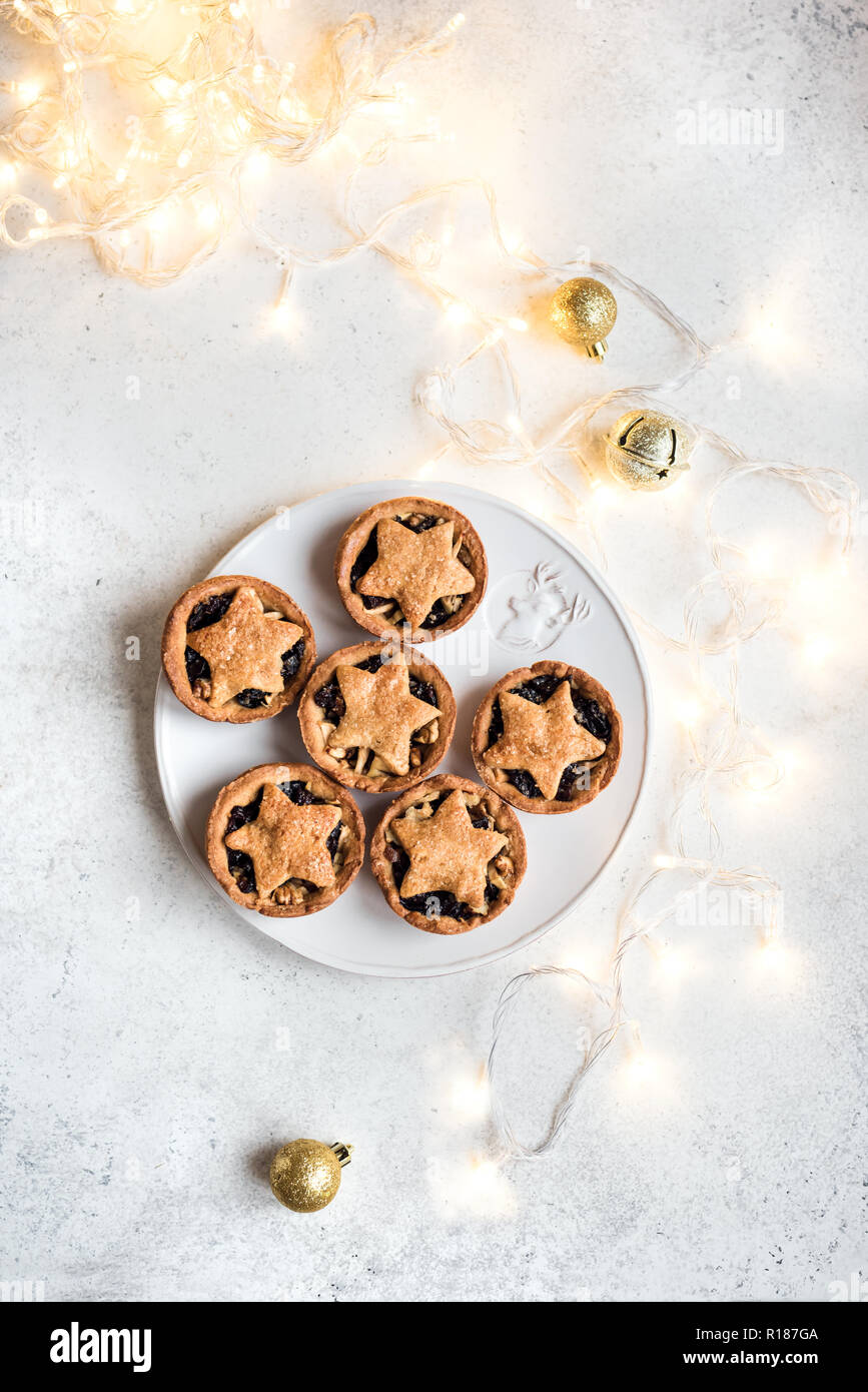 Mince Pies für Weihnachten auf weißem Hintergrund mit Licht, kopieren. Traditionelle Weihnachten Dessert - obstkuchen Hacken. Stockbild