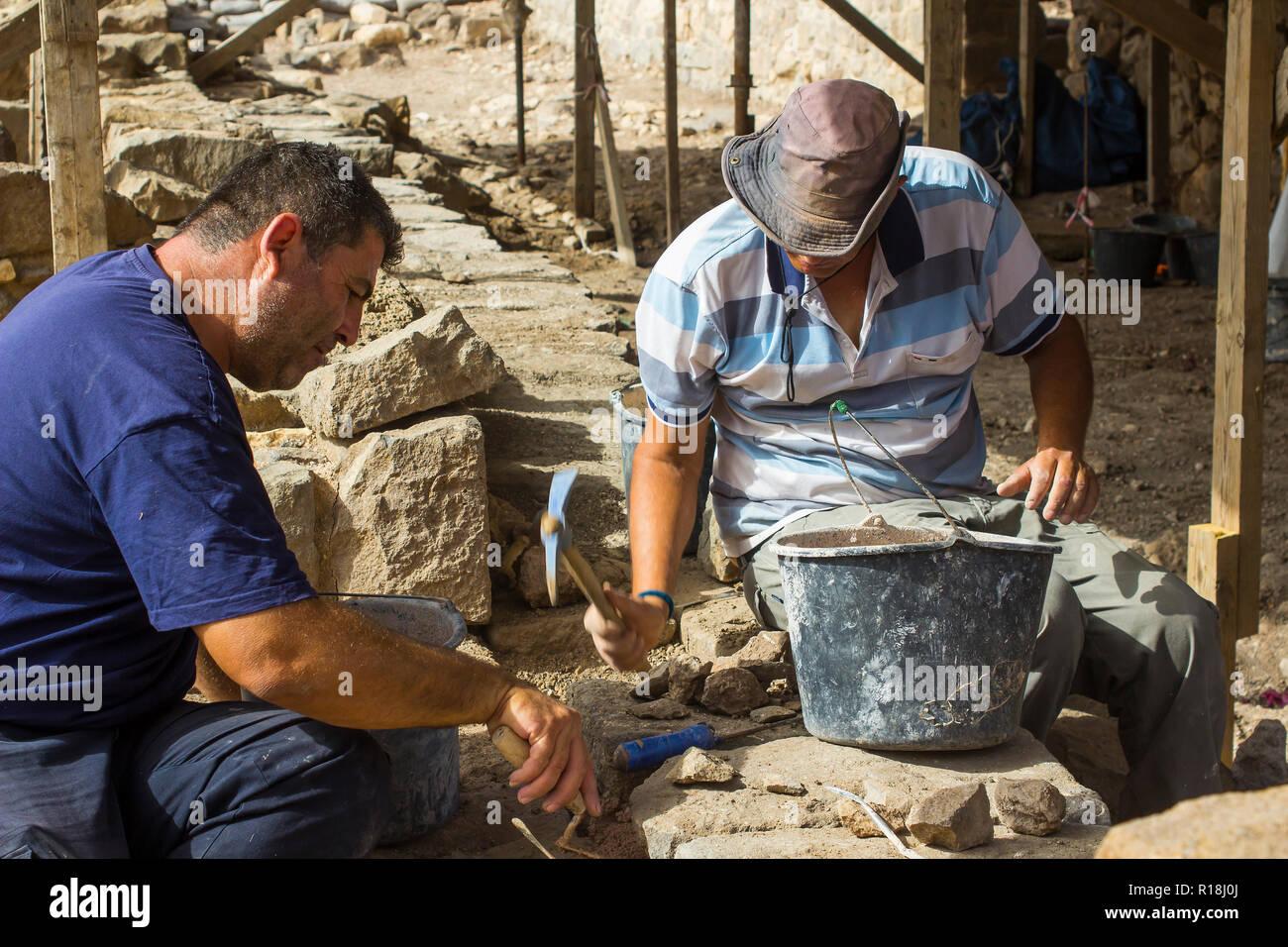 4. Mai 2018 Handwerker tun Restaurierungsarbeiten an eine kürzlich entdeckte Ort im alten Dorf von Magdala in Galiläa, Israel. Stockbild