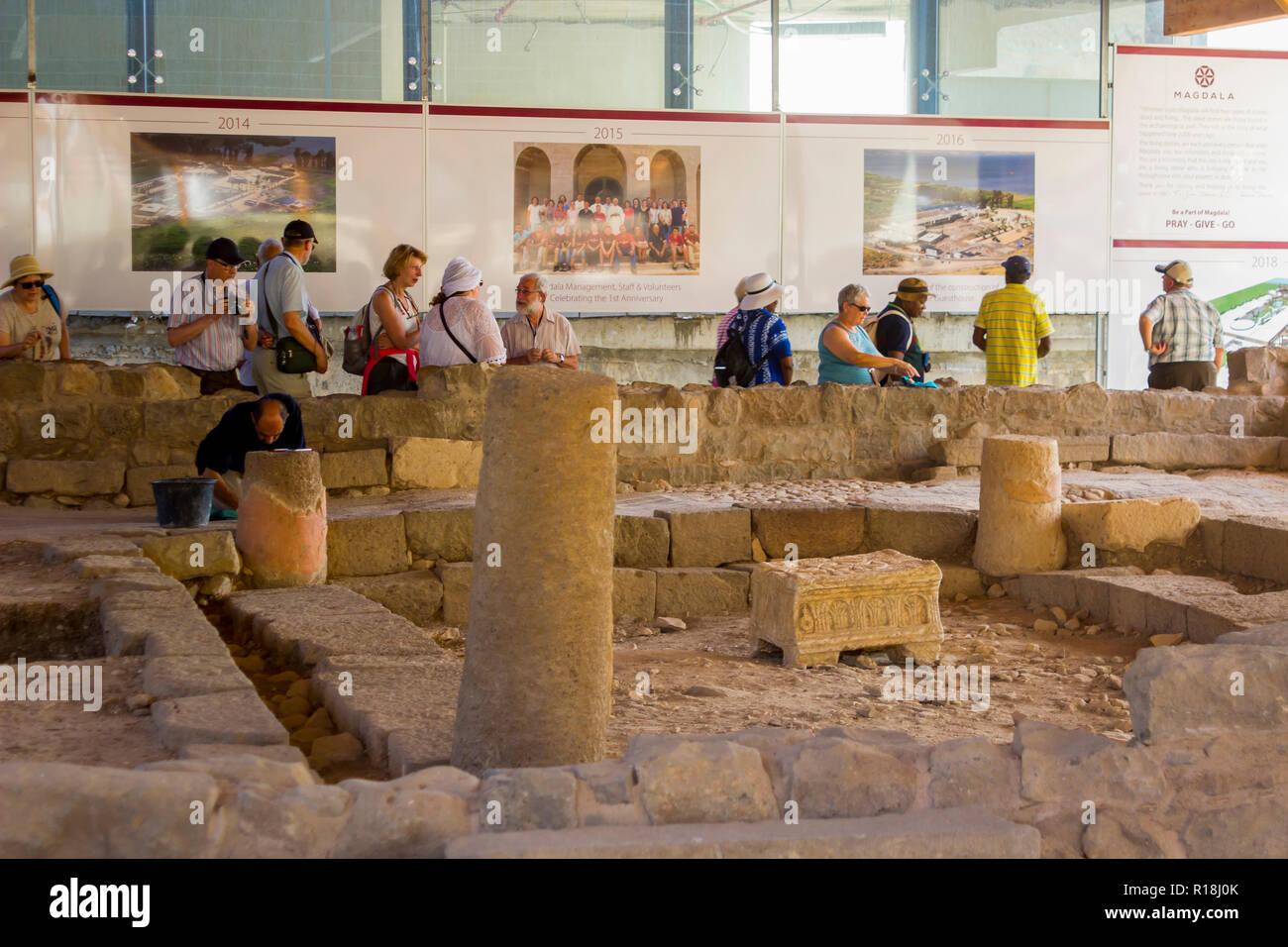 4. Mai 2018 Pilger prüfen die Restaurierungsarbeiten an einer 1. Jahrhundert Synagoge am alten Dorf von Magdala in Galiläa, Israel. Ein Händler wird fortgesetzt Stockbild