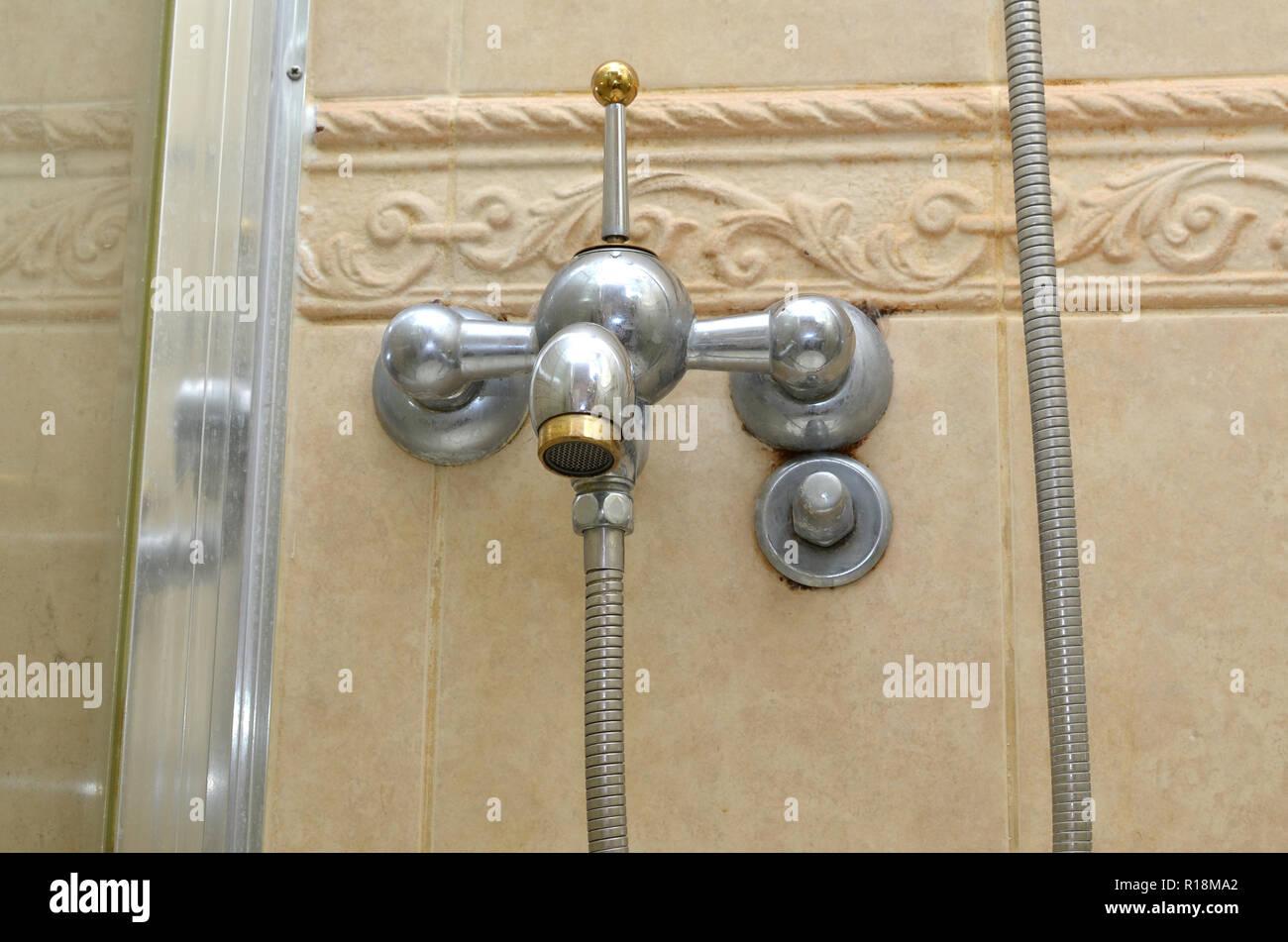 Badezimmer Hahn auf einem beigefarbenen Fliesen Badezimmer ...