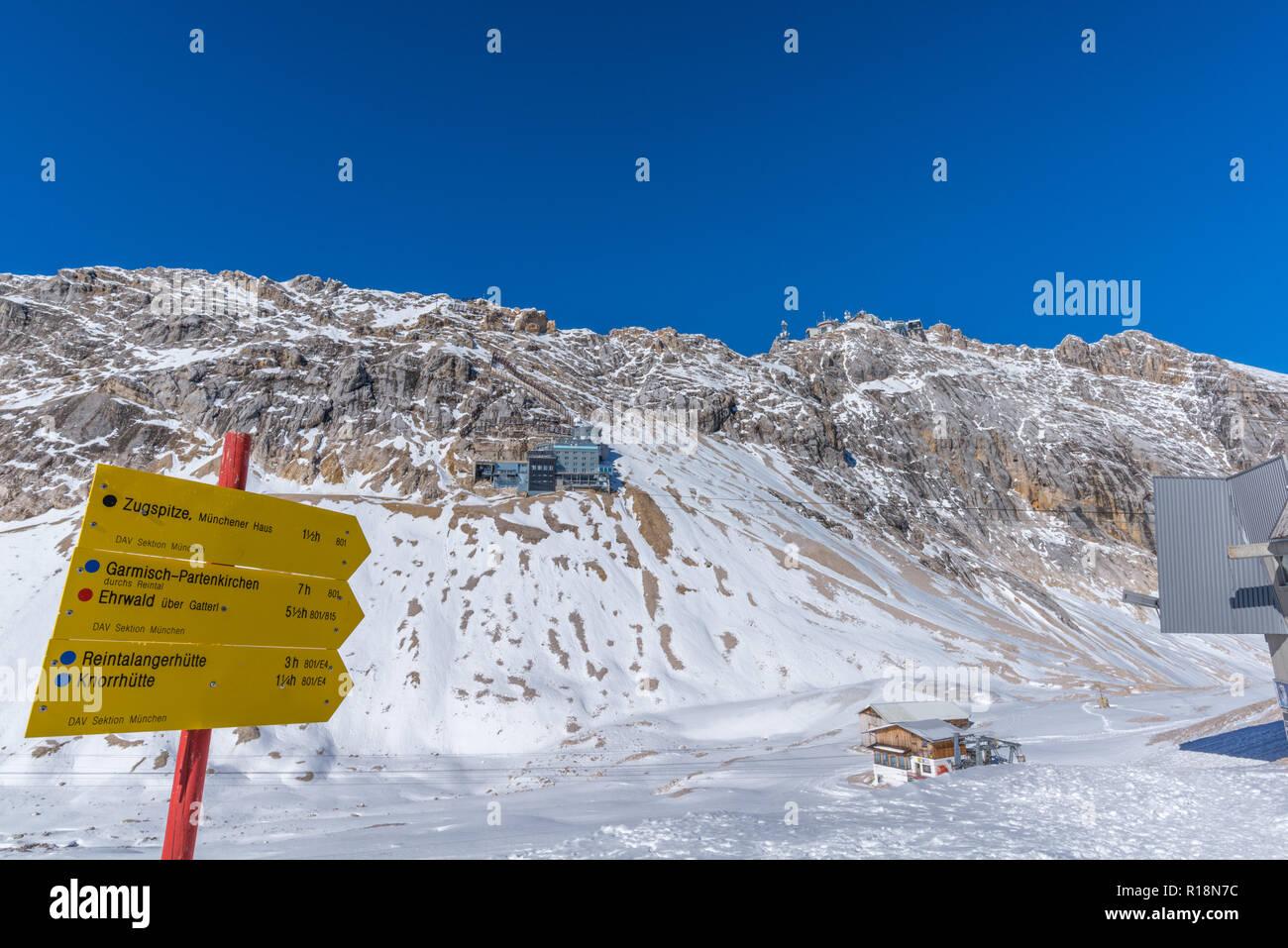 Finger post für Wanderer auf Zugspitzeplat, Zugspitze, Garmisch-Partenkirchen, Wetterstein Gebirge oder Wettersteingebirge, Alpen, Bayern, Deutschland, Stockbild