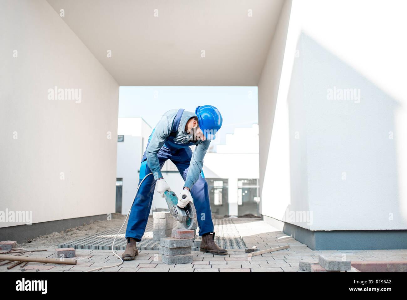 Fußboden Fliesen Schneiden ~ Builder in uniform schneiden bodenfliesen mit elektrischen cutter
