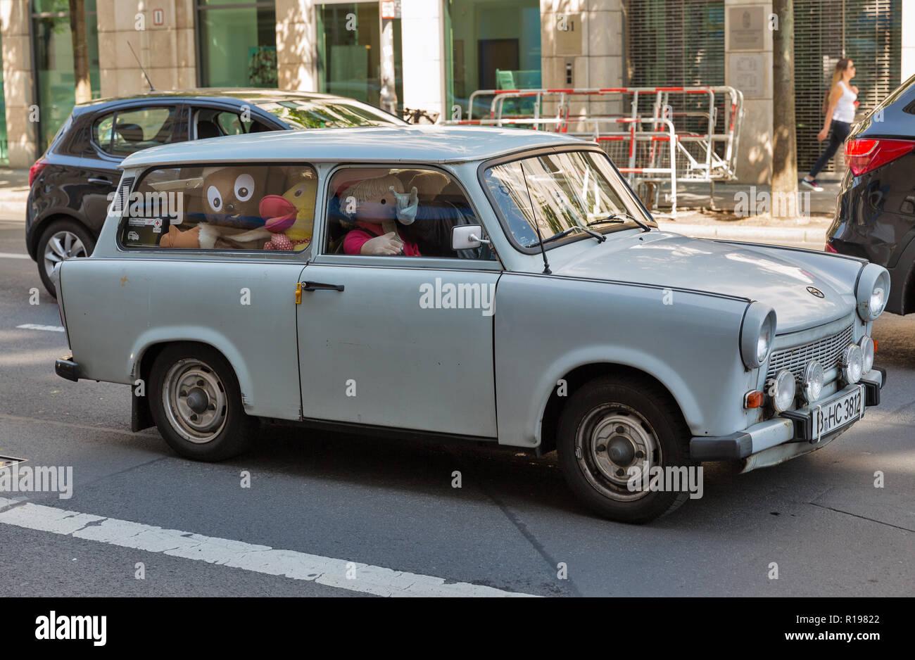 BERLIN, DEUTSCHLAND - 13. JULI 2018: Retro auto Trabant voll cute Puppen im Inneren im zentralen Bezirk Mitte. Es ist ein Automobil, das 1957 hergestellt wurde Stockbild
