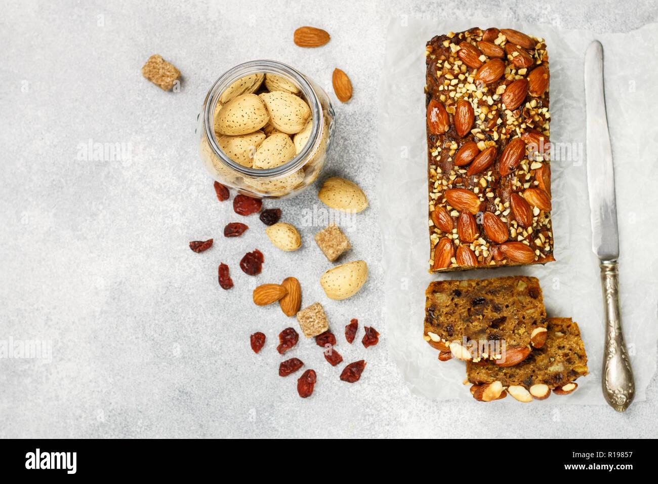 Obstkuchen. Traditionelle weihnachtliche Kuchen mit Mandeln, getrocknete Cranberries, Zimt, Kardamom, Anis, Nelken. Pudding. Für das neue Jahr. Selektive konzentrieren. Top vie Stockbild