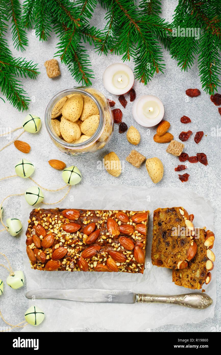Obstkuchen. Traditionelle weihnachtliche Kuchen mit Mandeln, getrocknete Cranberries, Zimt, Kardamom, Anis, Nelken. Pudding. Für das neue Jahr. Selektive konzentrieren. Top vie Stockfoto