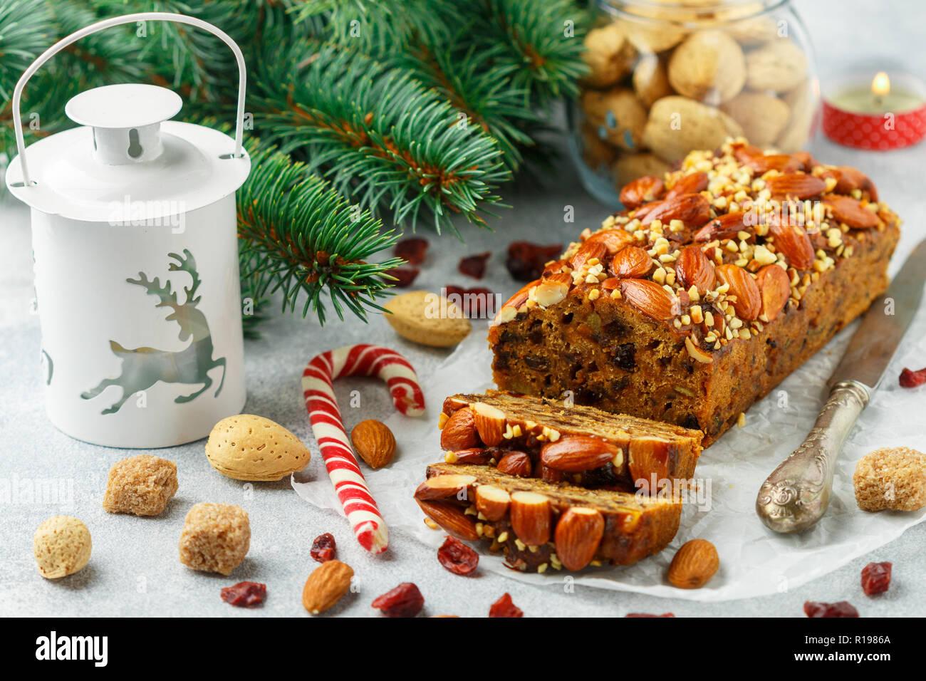 Obstkuchen. Traditionelle weihnachtliche Kuchen mit Mandeln, getrocknete Cranberries, Zimt, Kardamom, Anis, Nelken. Für das neue Jahr. Selektiver Fokus Stockbild