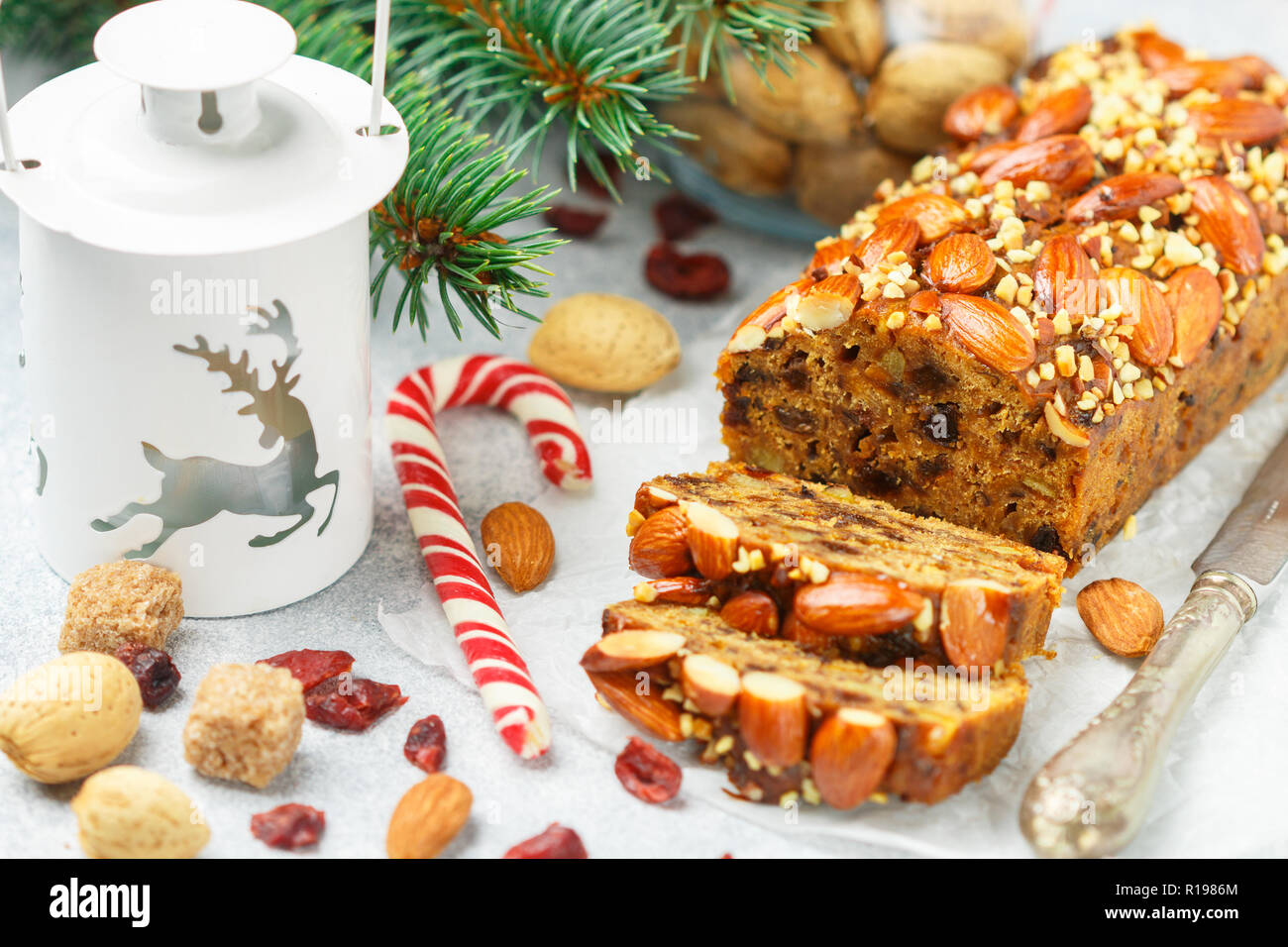 Obstkuchen. Traditionelle weihnachtliche Kuchen mit Mandeln, getrocknete Cranberries, Zimt, Kardamom, Anis, Nelken. Für das neue Jahr. Selektiver Fokus Stockfoto