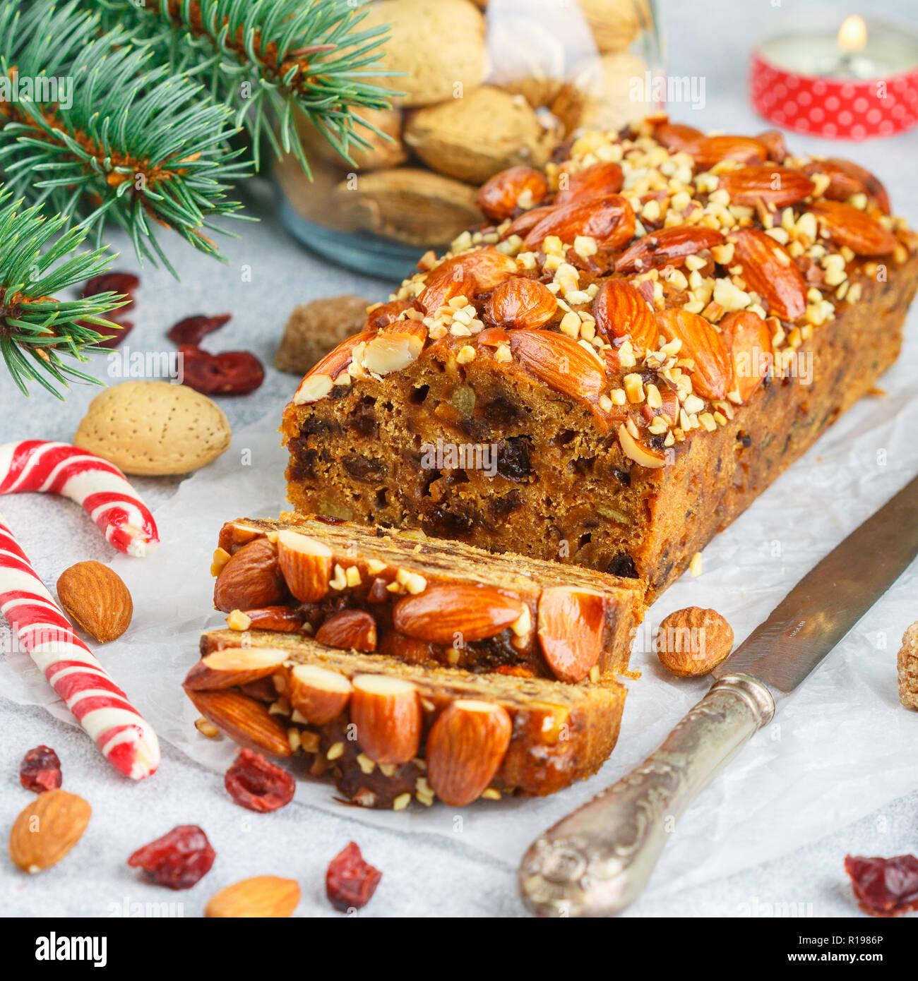 Obstkuchen. Traditionelle weihnachtliche Kuchen mit Mandeln, getrocknete Cranberries, Zimt, Kardamom, Anis, Nelken. Für das neue Jahr. Selektive konzentrieren. Platz Bild Stockbild