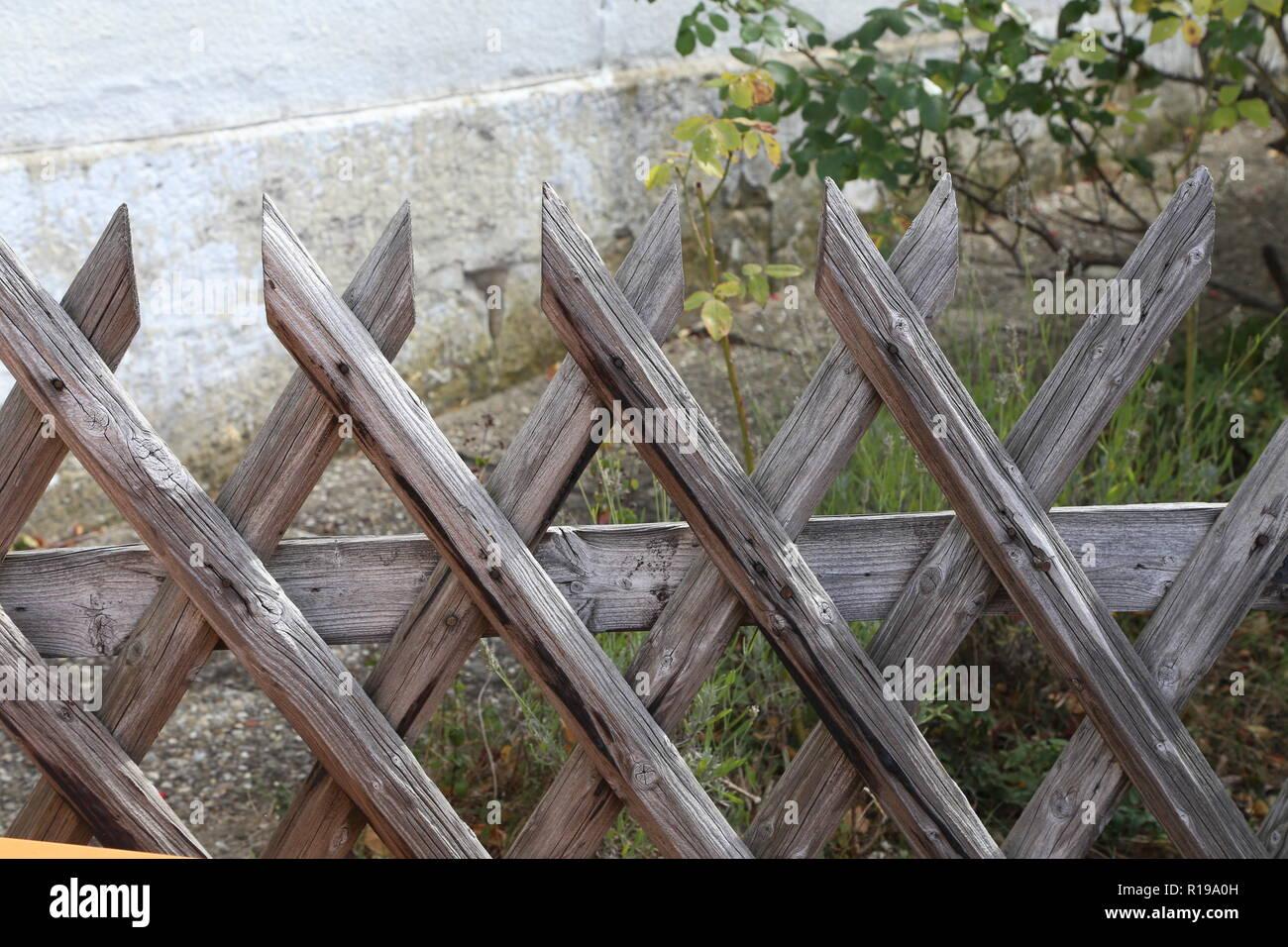 Wattle Zaun Im Garten Garten Holzzaun Stockfoto Bild 224554865
