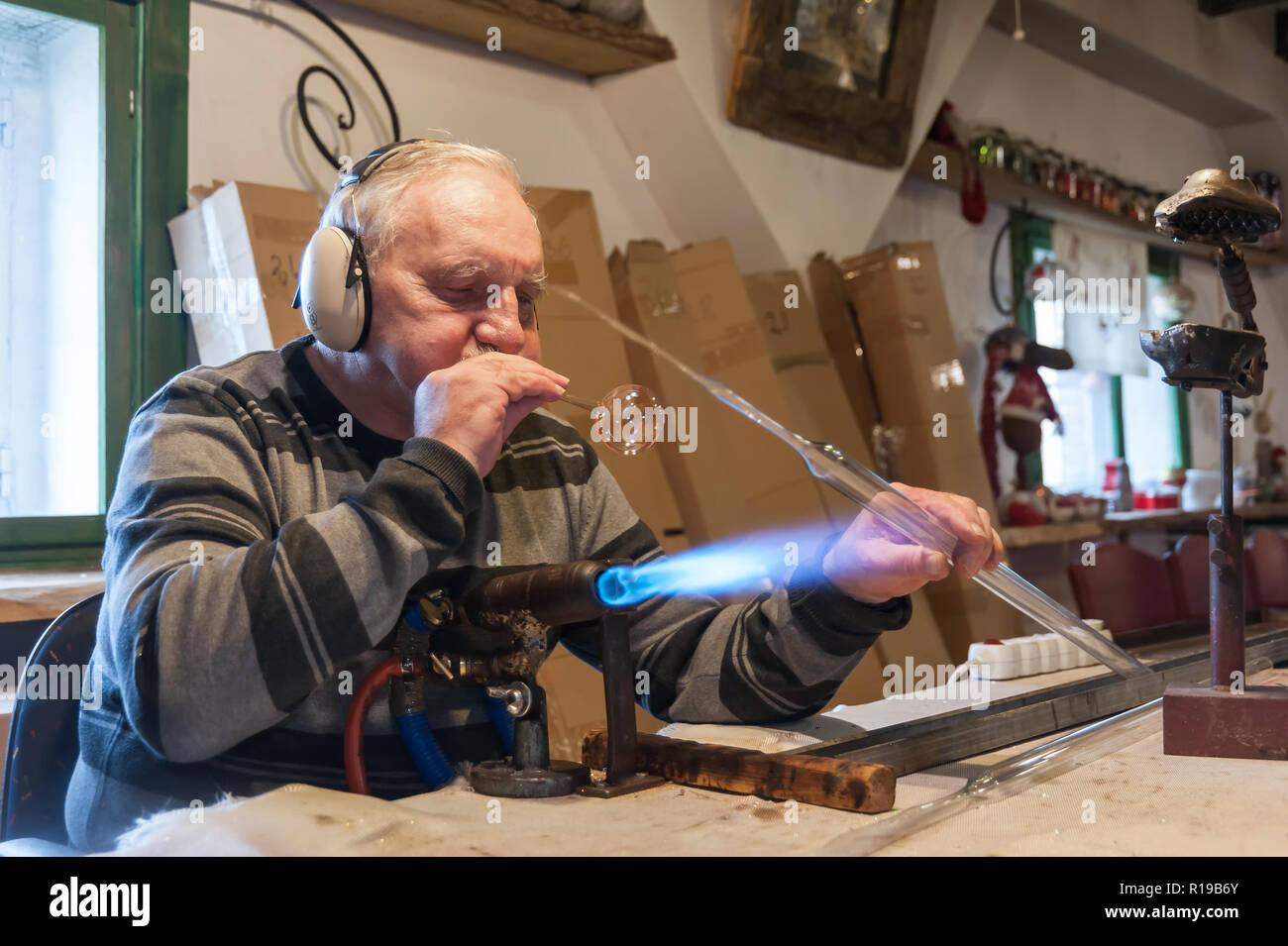 Christbaumkugeln Polen.Qualifizierte Glasbläser Formt Christbaumkugeln Workshop Wo