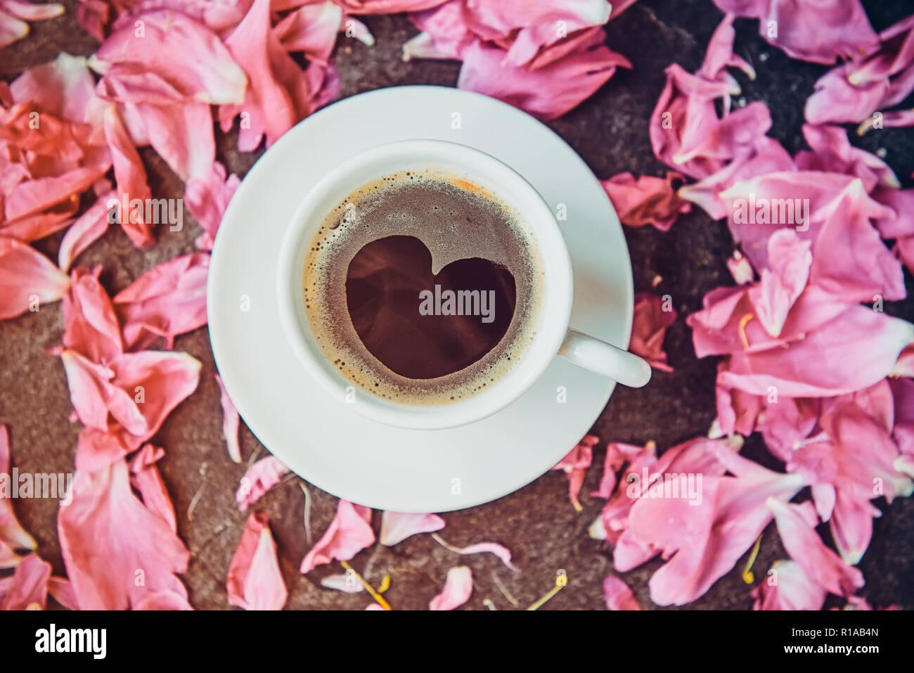 Flach Tasse Kaffee Mit Herz Muster Mit Rosa Pfingstrose Blüten Auf