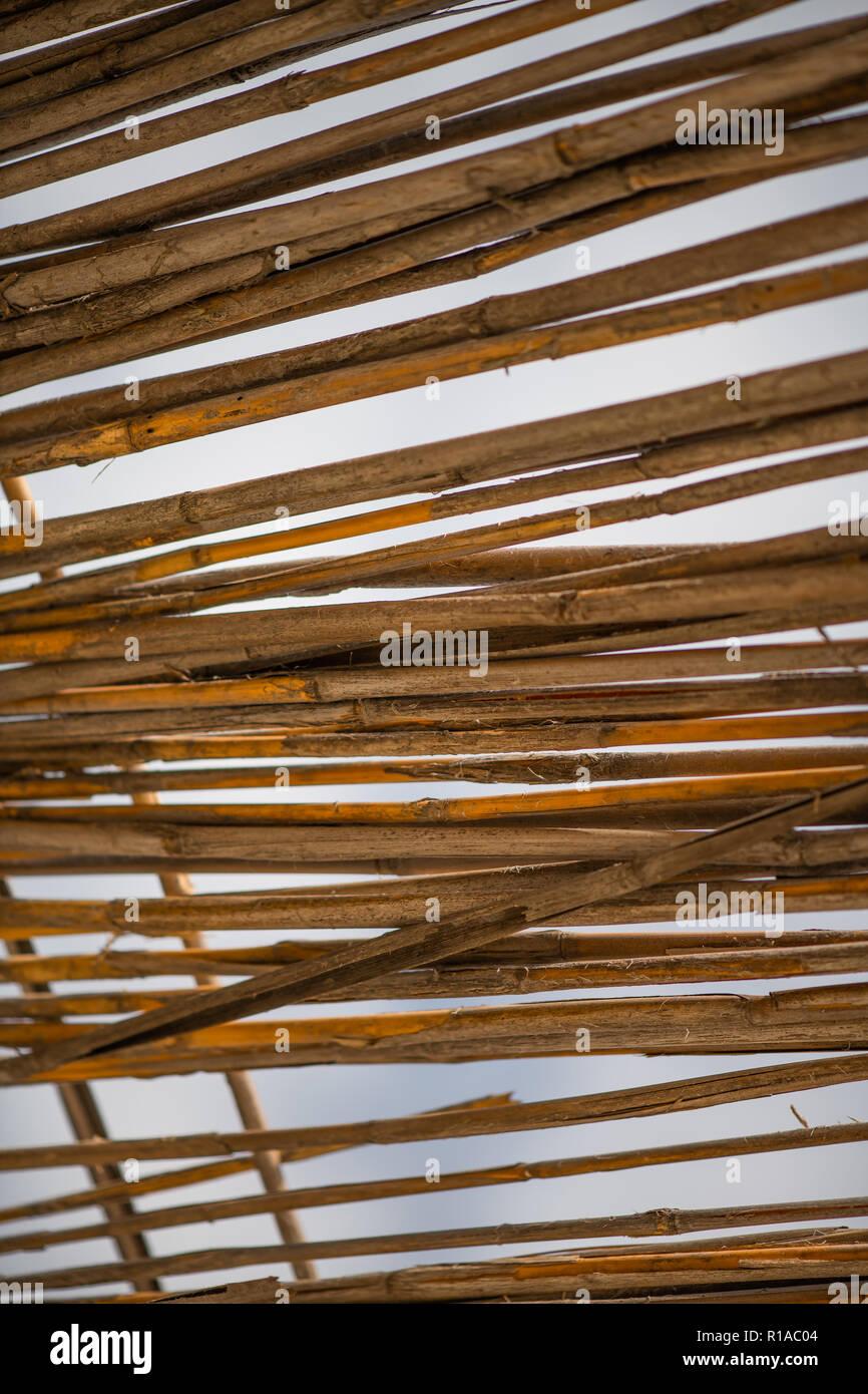 Abstrakt Hintergrund Dach aus trockenen Bambus Äste gegen den Himmel Textur Stockbild