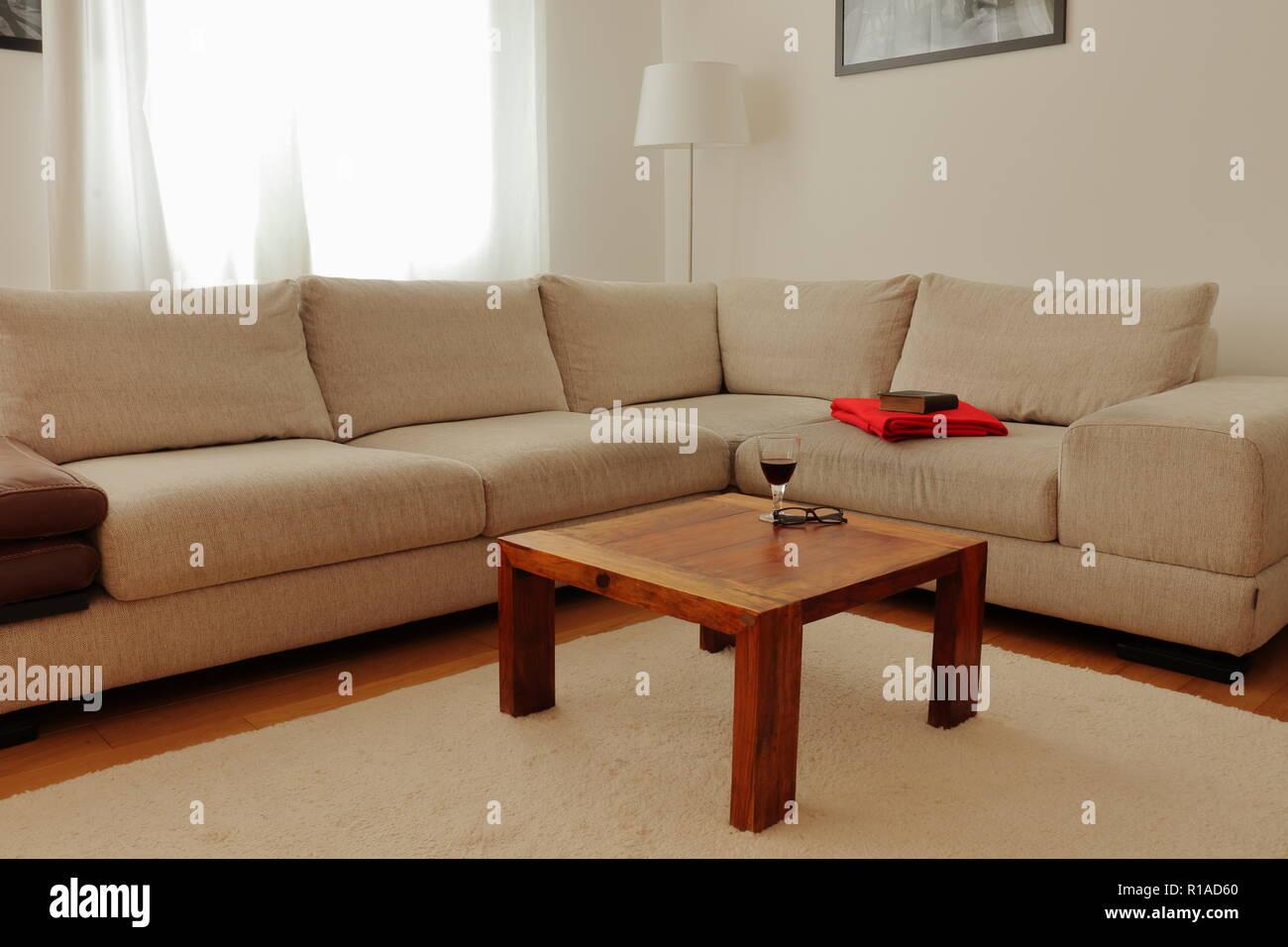 Wohnzimmer Mit Einer Creme Ecke Couch Couchtisch Und Cremefarbenen