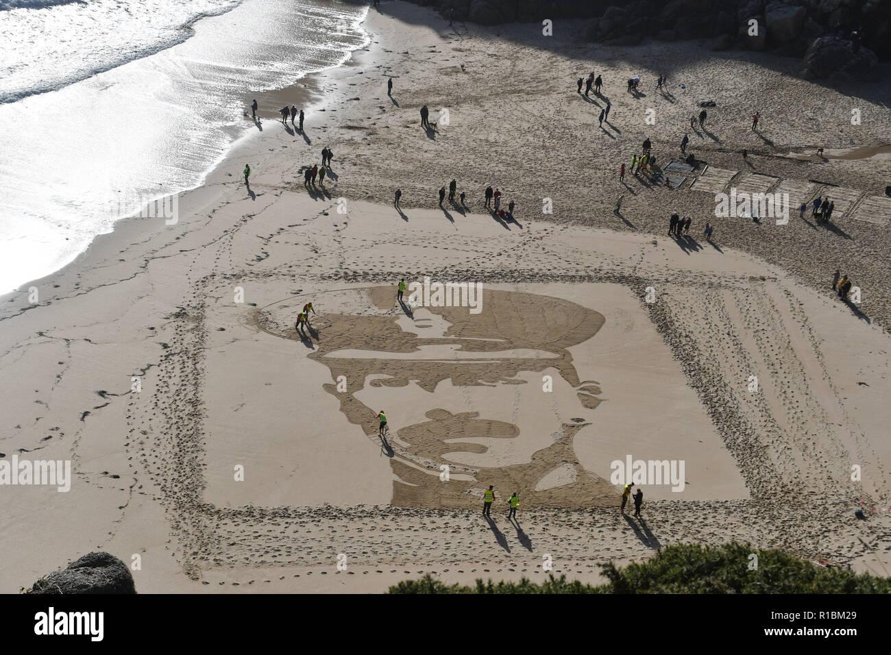 Porthcurno, Cornwall, UK. 11 Nov, 2018. Eine Giant Sand Bilder war am Strand im Porthcurno heute gemacht. Es war Teil der 14-18 Jetzt kunst Kommissionen. Dieses Bild depects RICHARD CHARLES GRÄBER - SAWLE Coldstream Guards Alter: 26 TODESTAG: 02.11.1914, Sohn von konteradmiral Sir Charles Graves-Sawle, 4 Bart, und Lady Graves-Sawle, 60, Queen's Gate, London; Ehemann von Muriel Heaton-Ellis (jetzt Frau A.L.C. Cavendish). Foto: Simon Maycock/Alamy leben Nachrichten Stockfoto