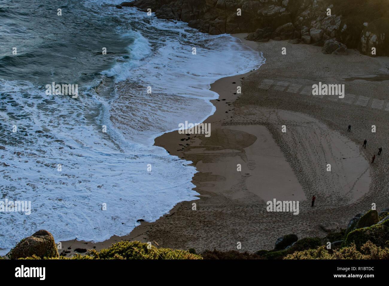 Porthcurno, Cornwall, UK. 11. November 2018. Wellen wurde schließlich über den Giant Sand Portrait, das heute auf der Porthcurno Strand auf das 100-jährige Jubiläum der Armistice Day hergestellt wurde. Dieses Portrait wurde von Richard CHARLES GRÄBER - SAWLE Coldstream Guards Alter: 26 TODESTAG: 02.11.1914: Simon Maycock/Alamy leben Nachrichten Stockfoto