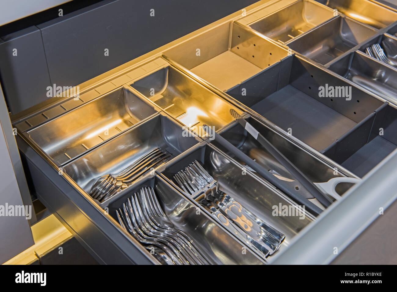 Interior Design Dekor Mit Besteck Schublade In Luxus Apartment Showroom Stockfotografie Alamy