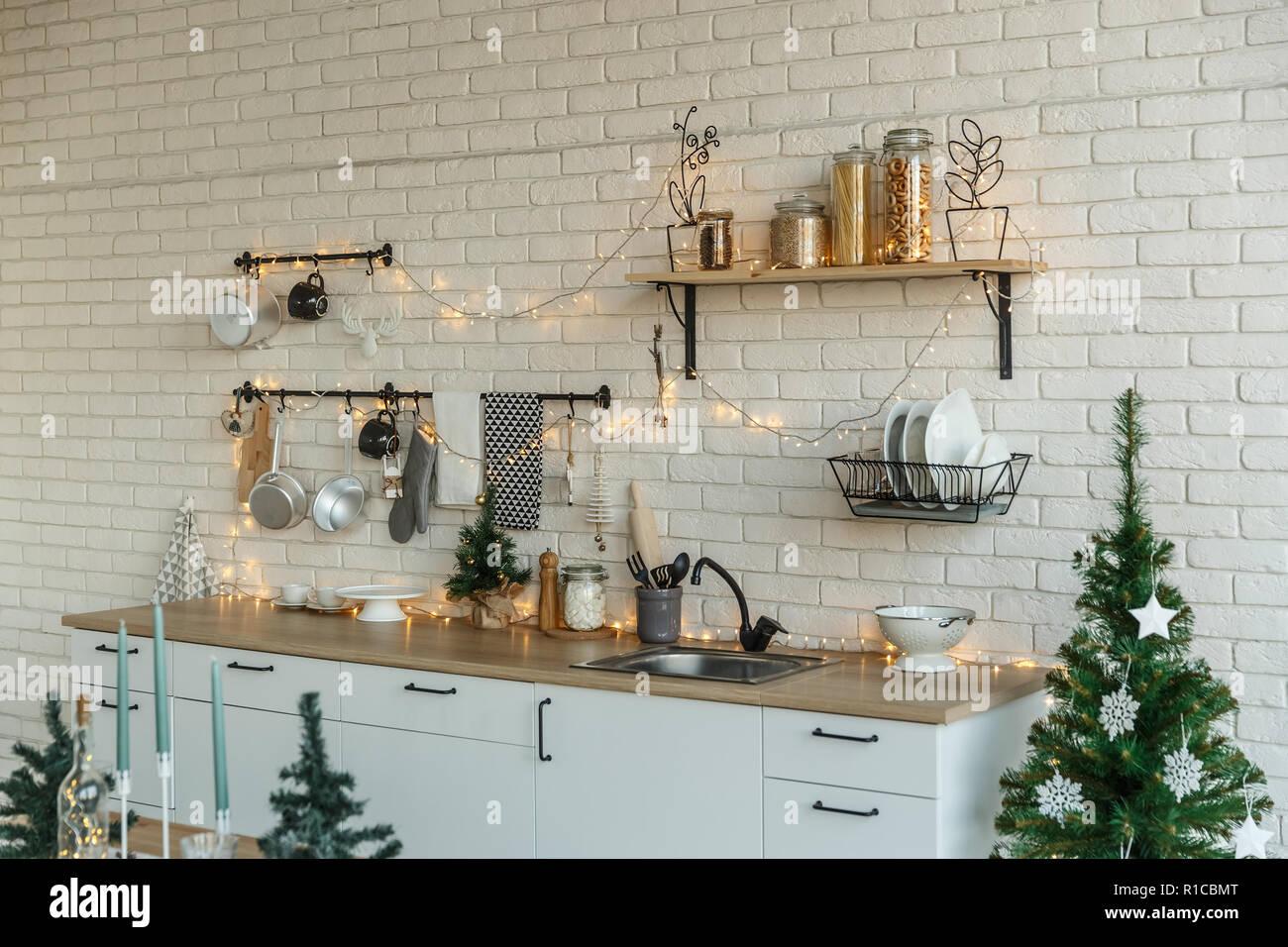 Deckenleuchte Küche mit Weihnachtsdekor und Baum Stockfoto, Bild ...