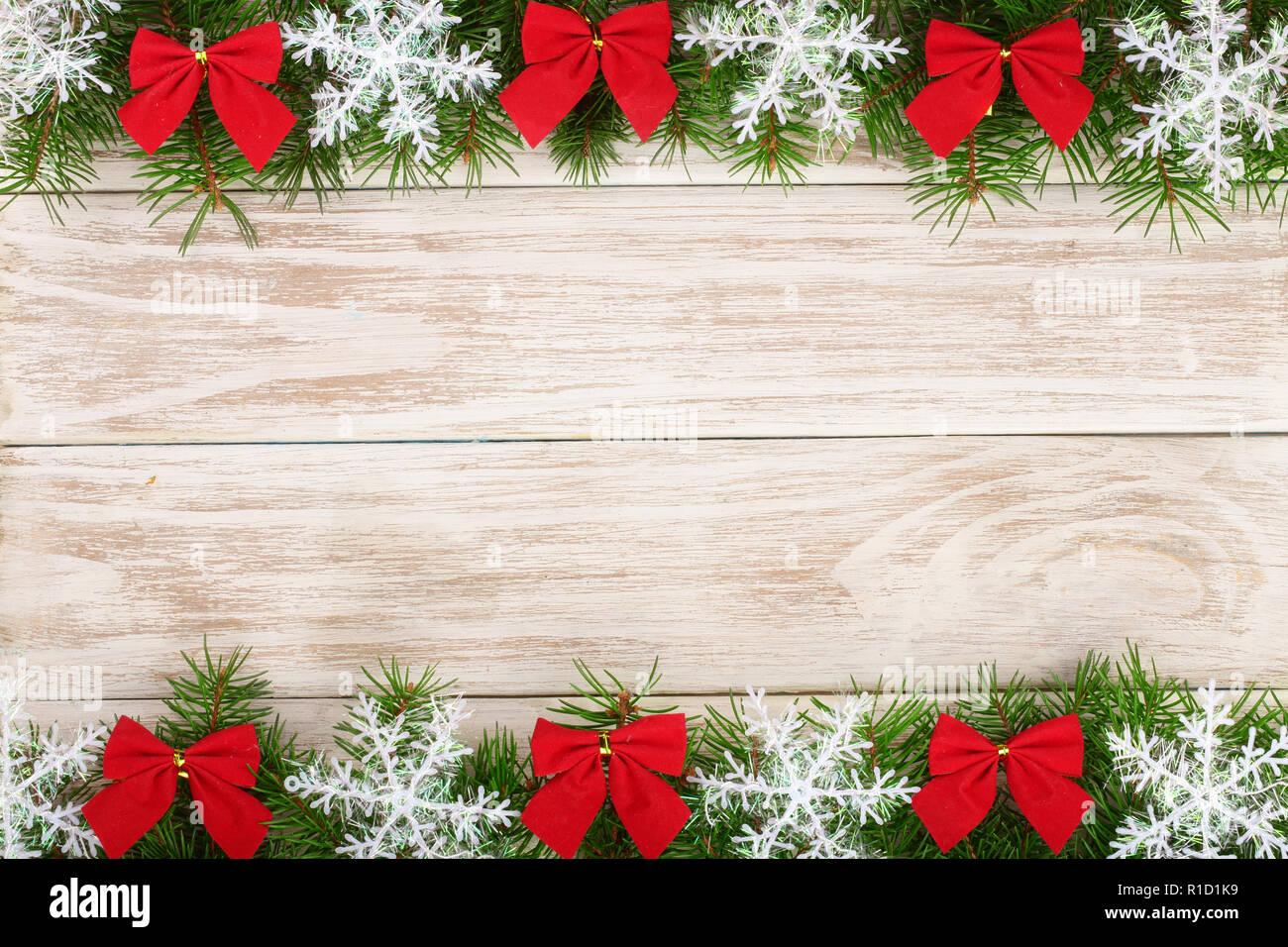 Weihnachten Rahmen aus Tannenzweigen mit Schneeflocken und rote ...