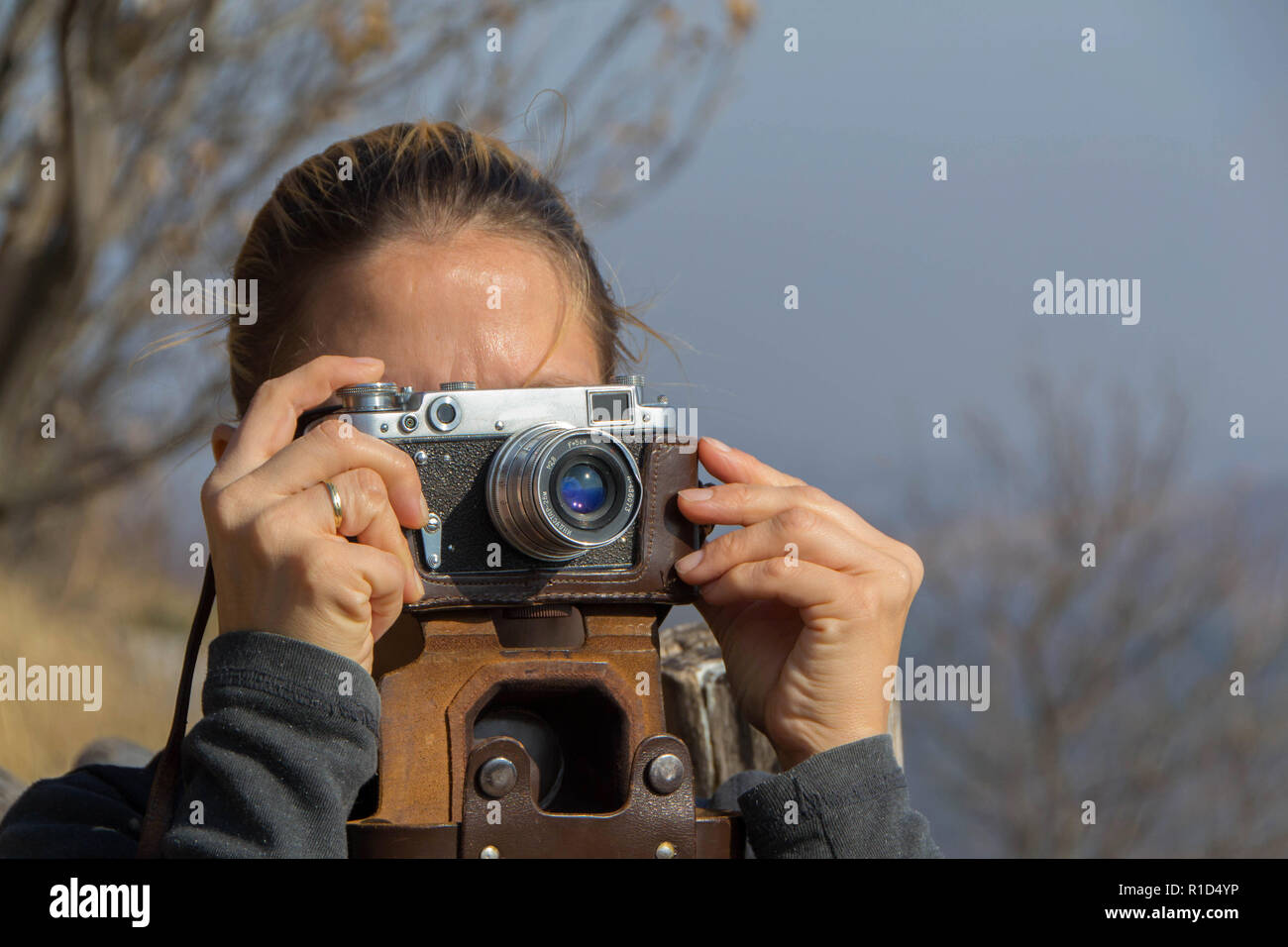 Entfernungsmesser Für Fotografie : Eine frau nimmt bilder mit dem alten sowjetischen entfernungsmesser