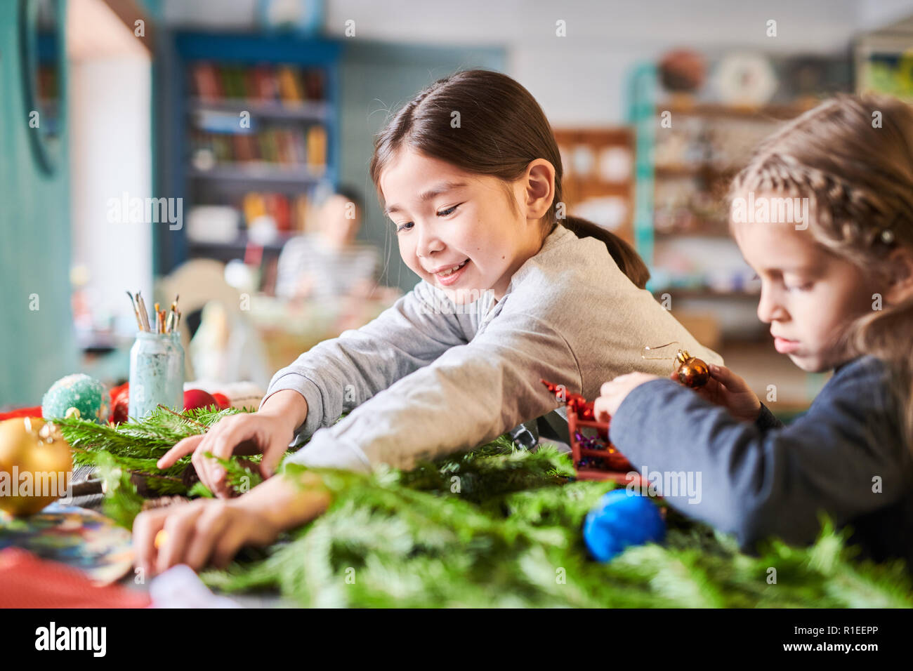 Children Making Christmas Decorations Stockfotos & Children Making ...