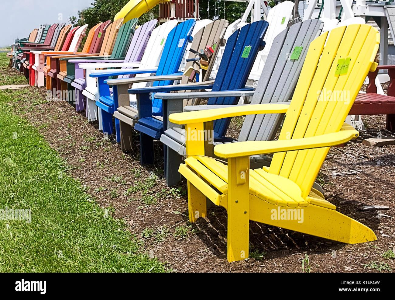 Bunte Palette An Holz Rasen Adirondack Stuhle Am Strassenrand Fur Verkauf Durch Private Eigentumer Stockfotografie Alamy